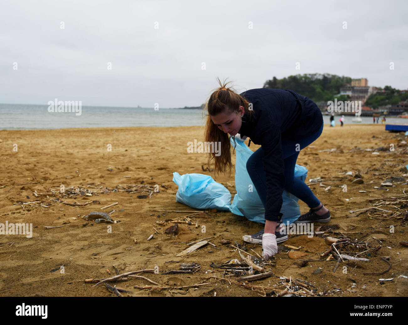 Istanbul, Turkey. 9th May, 2015. A volunteer picks up litter at the seashore of Black Sea in Istanbul, Turkey, on - Stock Image