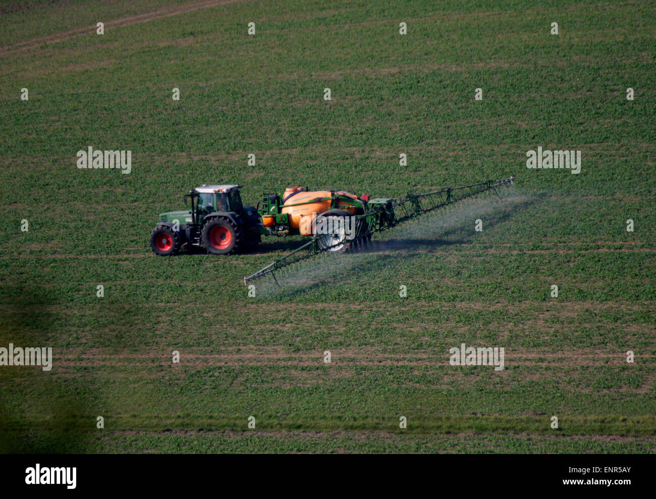 Trekker, der Pflanzenschutzmittel versprueht, konventionelle Landwirtschaft - Saechsische Schweiz. - Stock Image