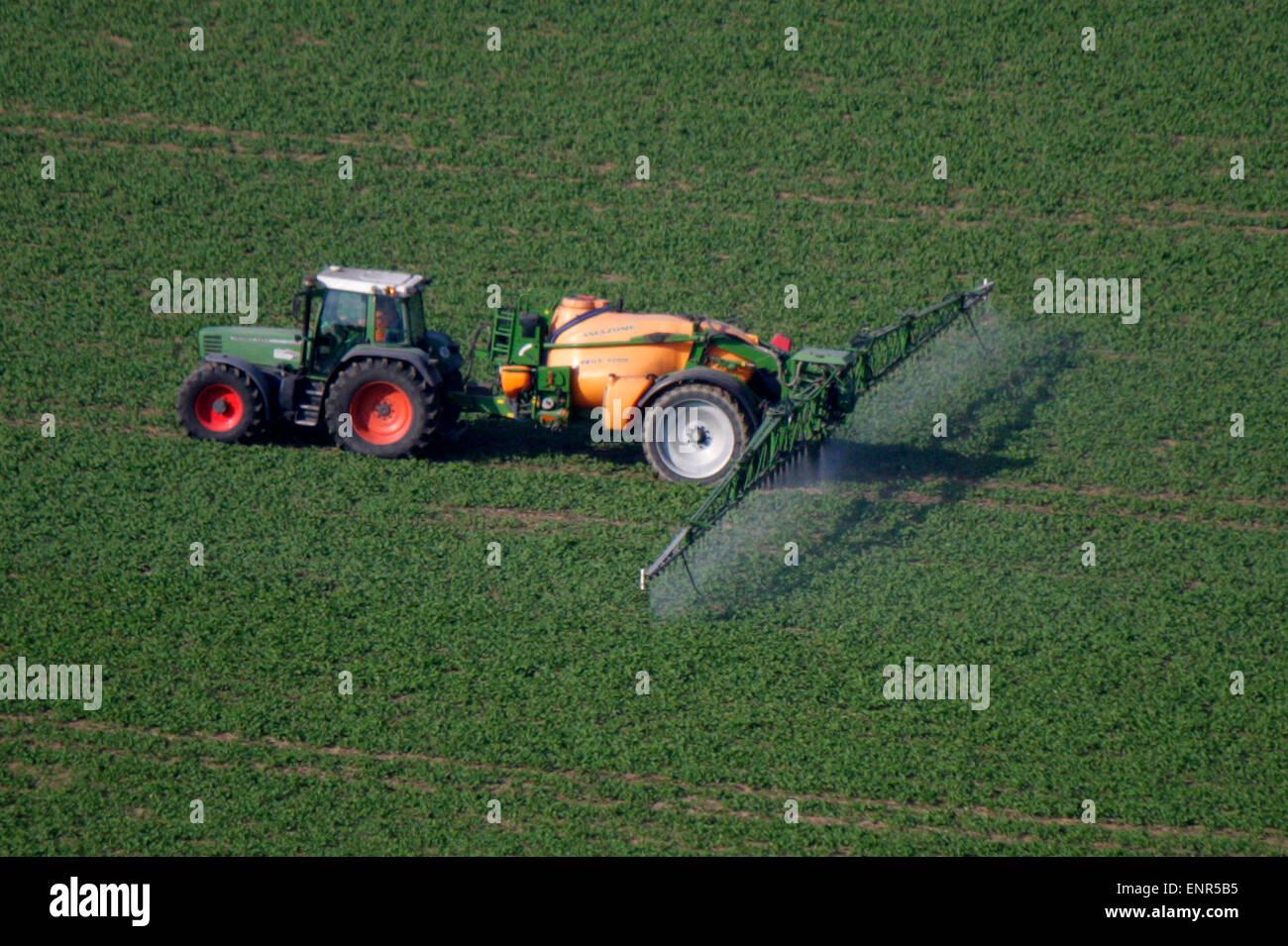 Trekker, der Pflanzenschutzmittel versprueht, konventionelle Landwirtschaft - Saechsische Schweiz . - Stock Image