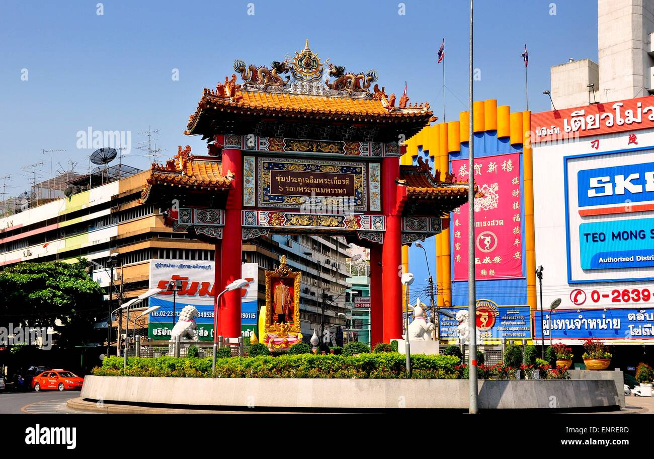 Bangkok, Thailand:  Ornate ceremonial entry gate to Chinatown with ceramic dragons and hand-painted decorations - Stock Image