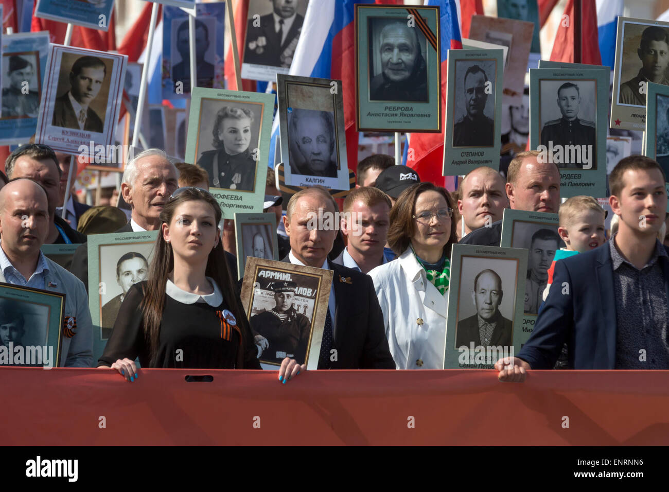 Moscow, Russia. 09th May, 2015. Russian President Vladimir Putin (in center) with the portrait of his father, the - Stock Image