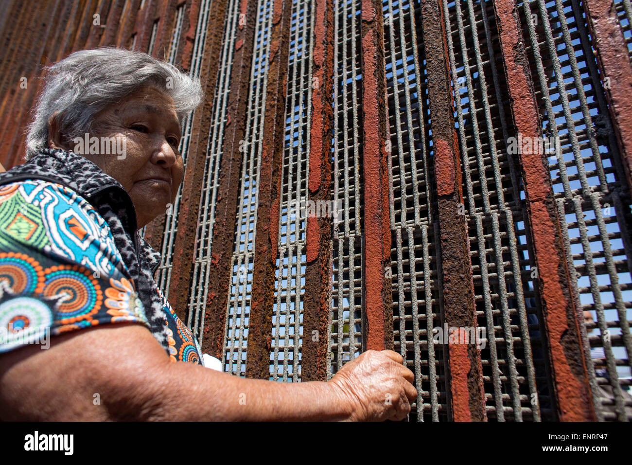 Tijuana, Mexico. 10th May, 2015. Felipa Lopez Olivera talks with her daughter Rafael Gutierrez through the border - Stock Image