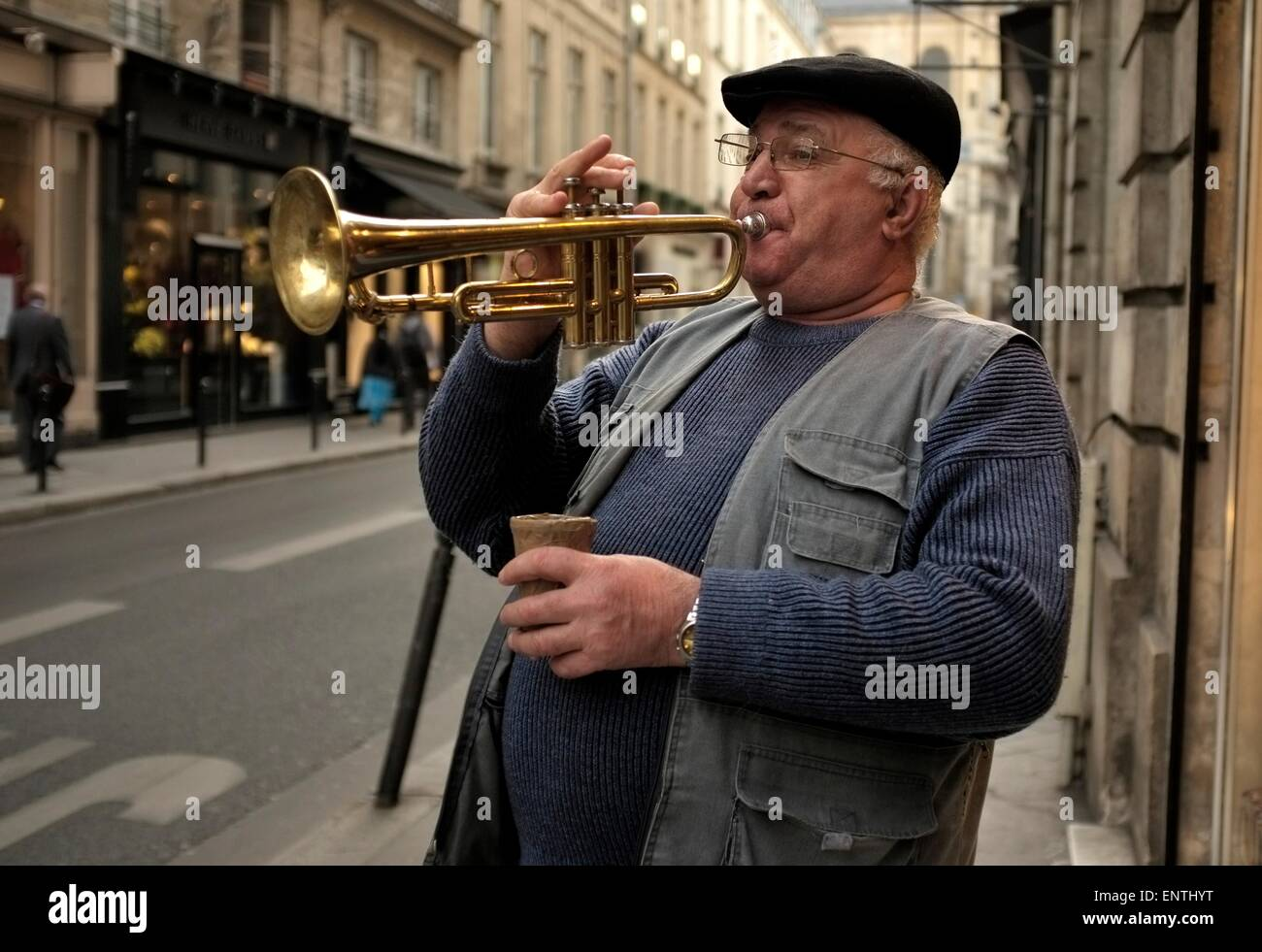 AJAXNETPHOTO. PARIS, FRANCE - STREET ENTERTAINER - A BUSKER PLIES HIS TRADE ON THE CITY STREETS. PHOTO:JONATHAN - Stock Image