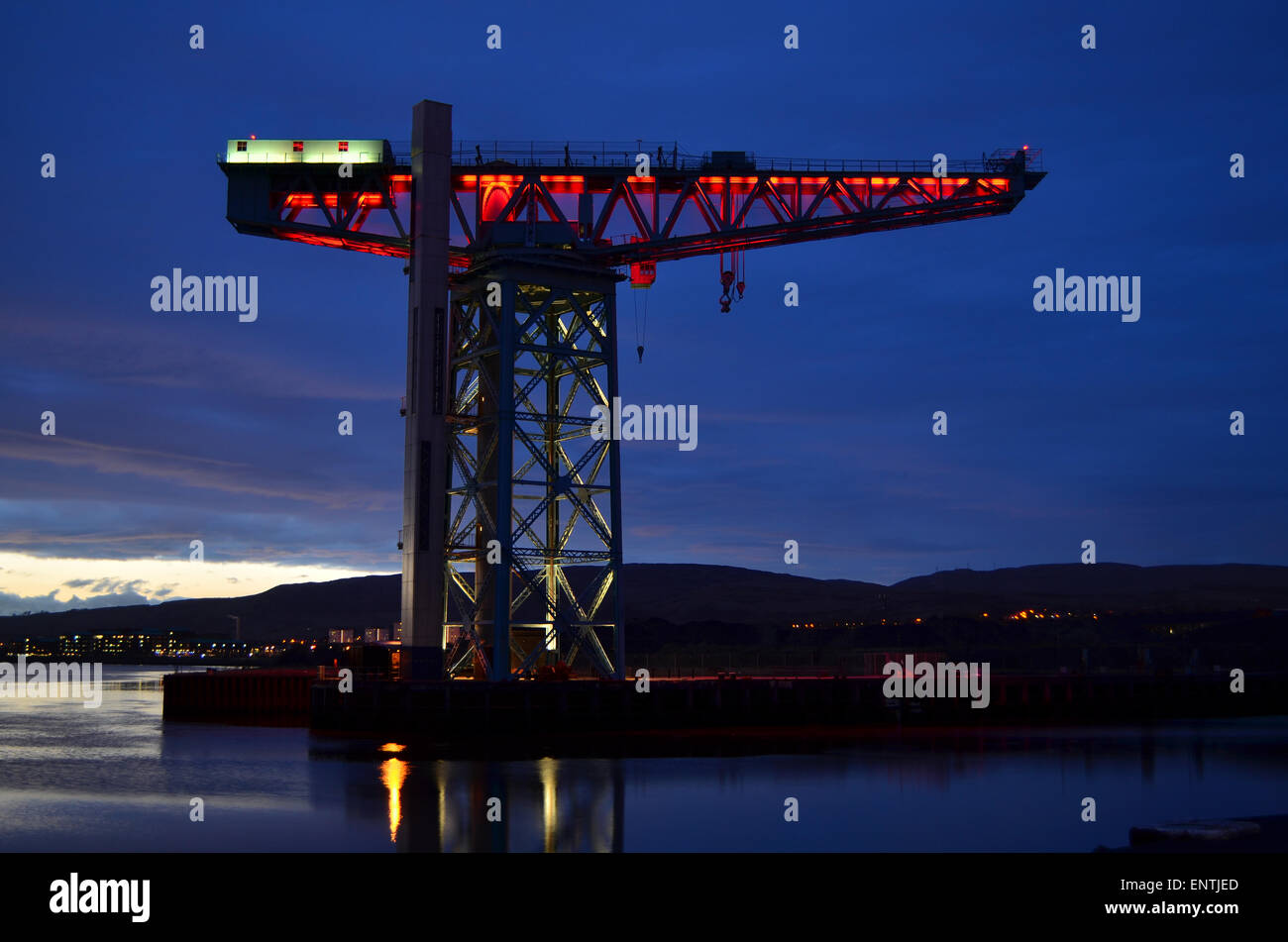 Clydebank's Titan Crane illuminated red to commemorate the Anniversary of the Clydebank Blitz, 13th and 14th - Stock Image
