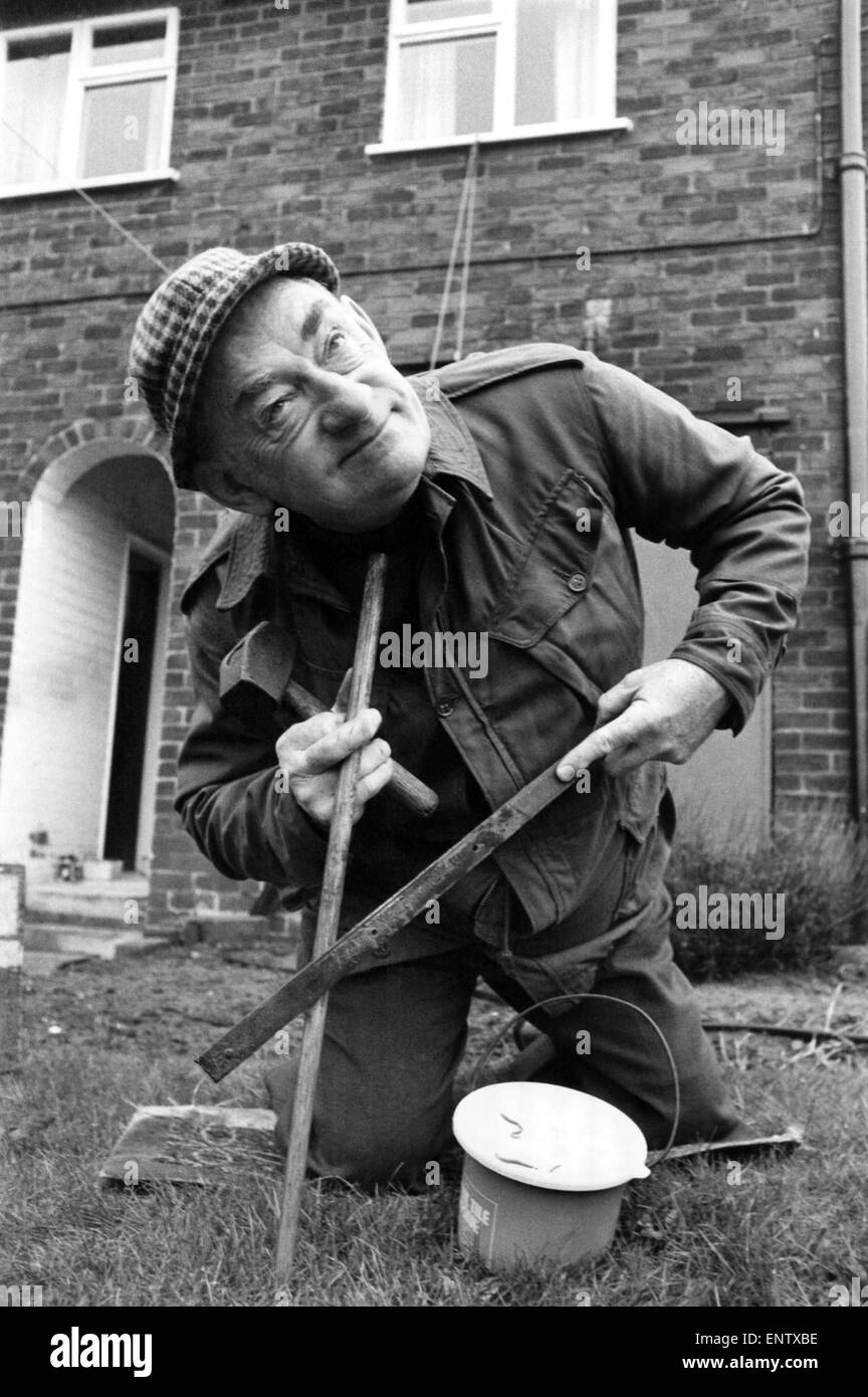 Fred Serenades The Worms: Angler Fred Welding's neighbours don't go much on the strange vibrant sound Fred - Stock Image
