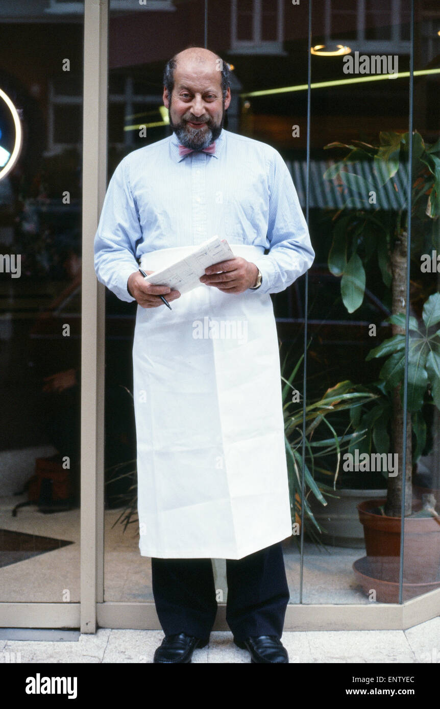 Liberal MP Clement Freud, wearing chef's apron outside a restaurant, 1980. - Stock Image