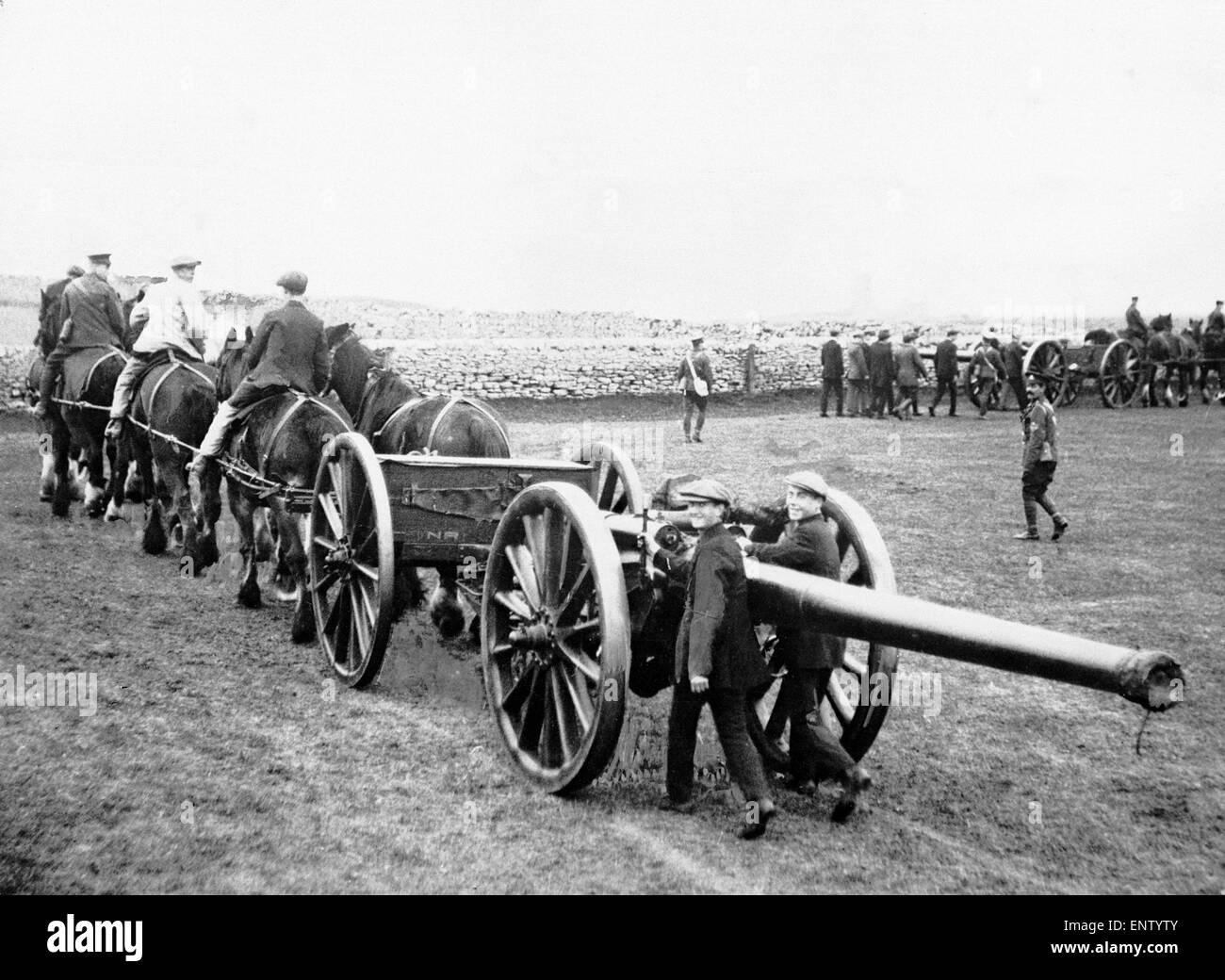 Recruits being trained on how to manoeuvre large artillery pieces by territorial army instructors. 25th October - Stock Image