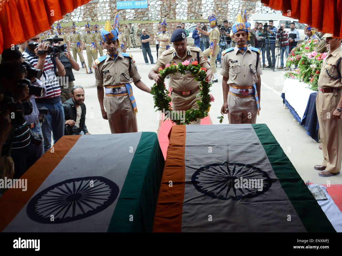 Srinagar, Indian Administered Kashmir. 12th May, 2015. Indian paramilitary officers salute on the coffins containing - Stock Image