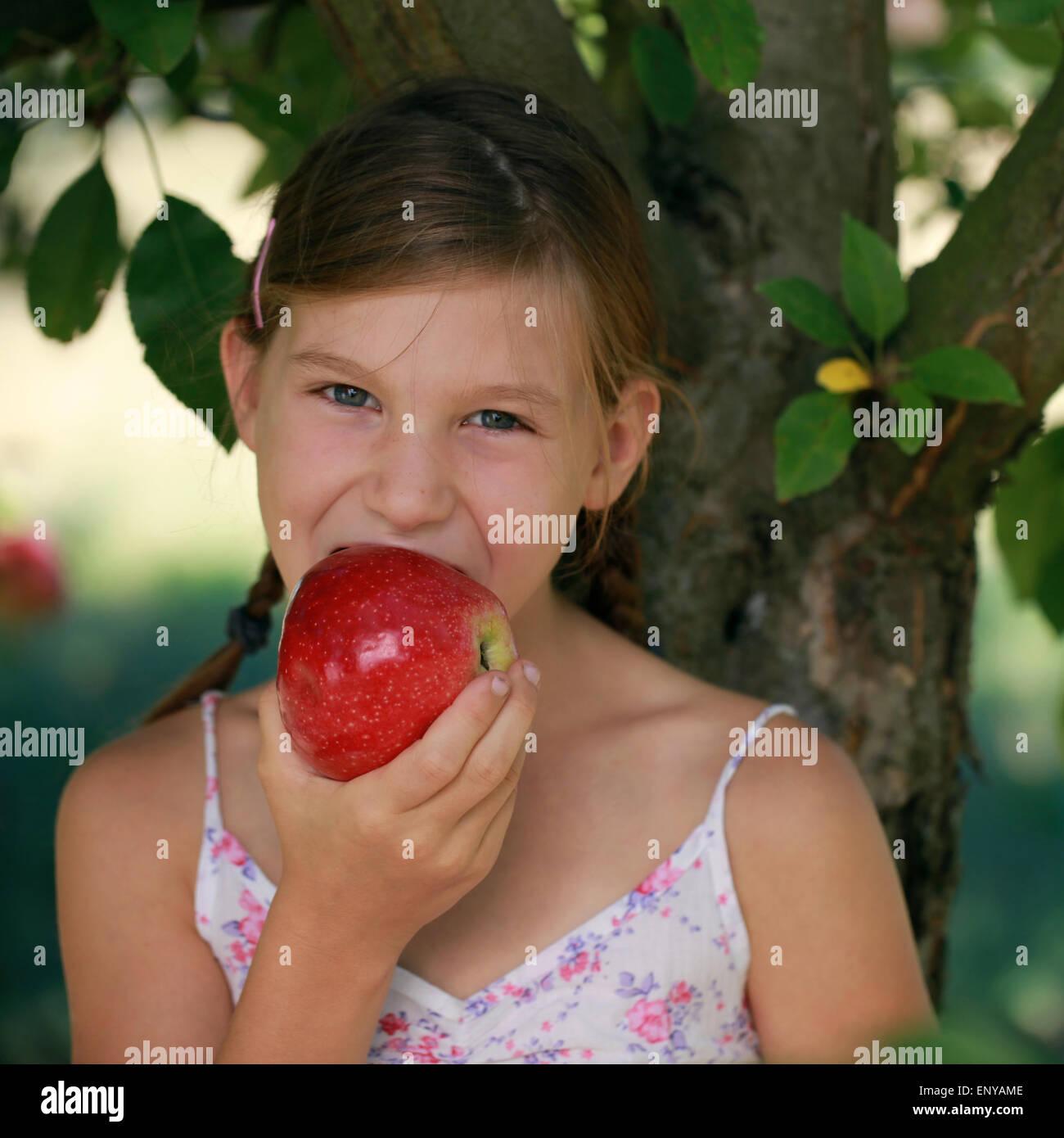 Mädchen isst einen Apfel Stock Photo