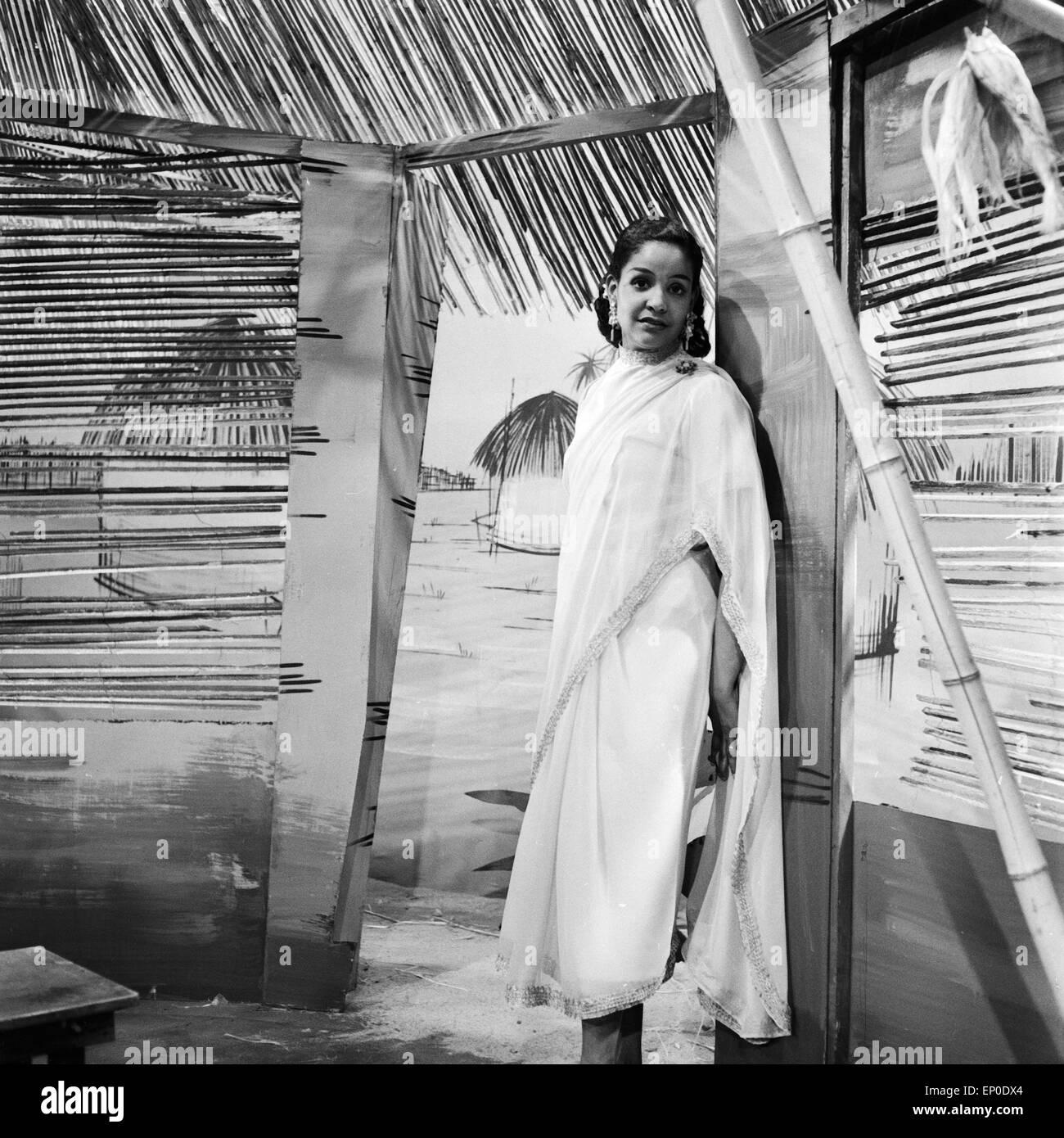 Karibisch deutsche Sänergin und Schauspielerin Mona Baptiste, hier bei einer Bühnenprobe im Oktober 1956. - Stock Image