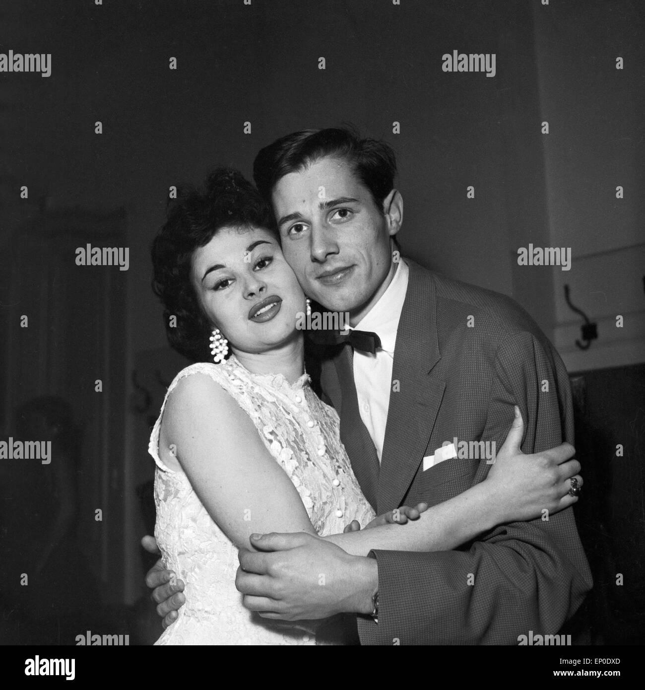 Der Sänger und Entertainer Udo Jürgens und die Schauspielerin Evi Kent im November 1956. German singer - Stock Image