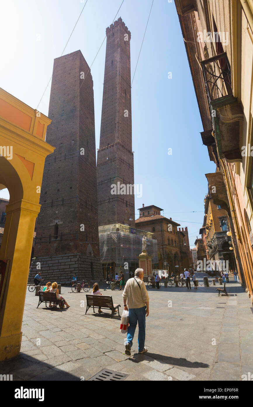 Bologna, Emilia-Romagna, Italy.  The Duo Torres, or Two Towers, in Piazza di Porto Ravegnana. - Stock Image
