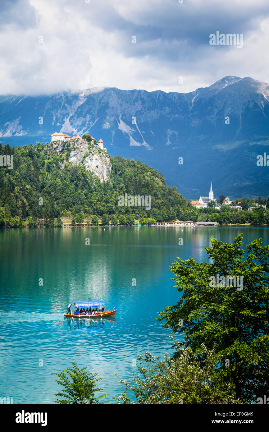 Lake Bled, Upper Carniola, Slovenia.  Bled Castle seen across the lake.  The town of Bled in the background. - Stock Image