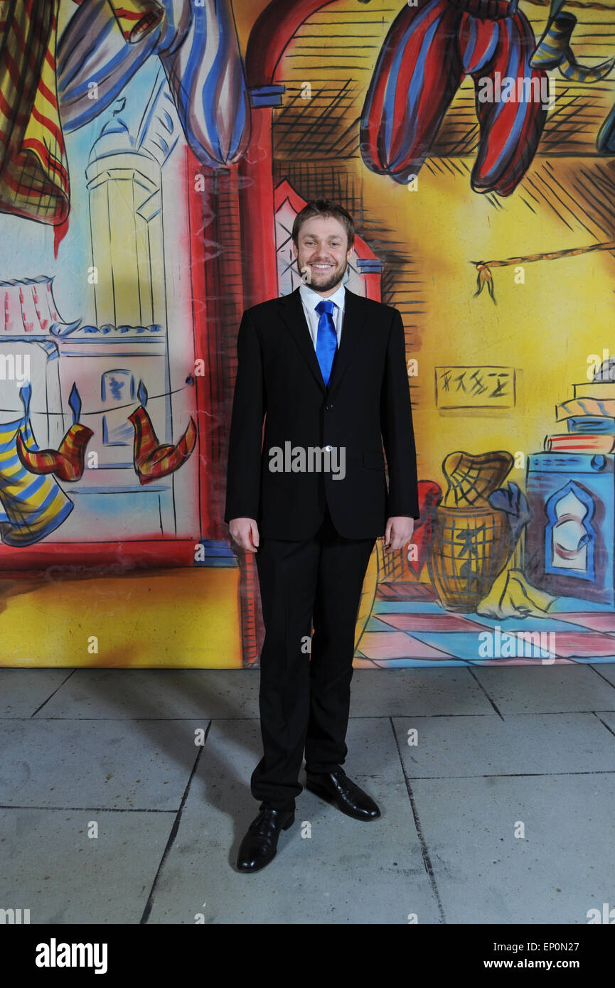 ex downton abbey actor thomas howes starring in aladdin at dearne