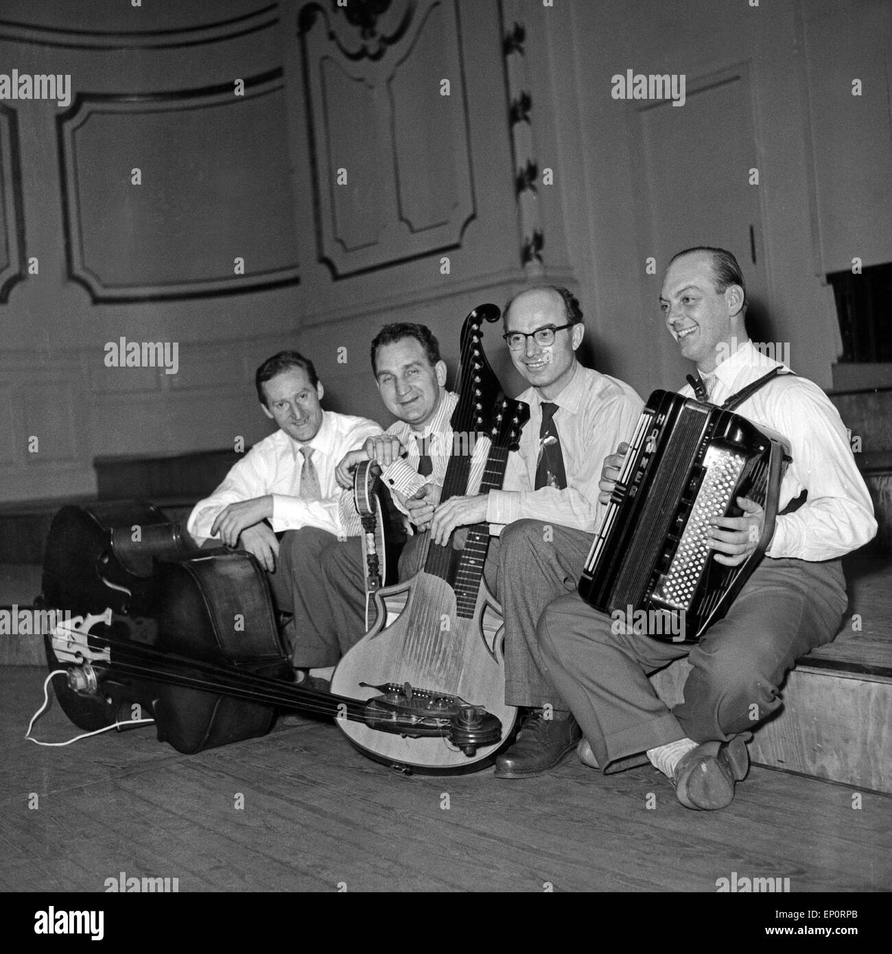 Deutscher Komponist und Zitherspieler Alfons Bauer mit seinem Instrument und Boxhandschuhen und kleinem Orchester, - Stock Image