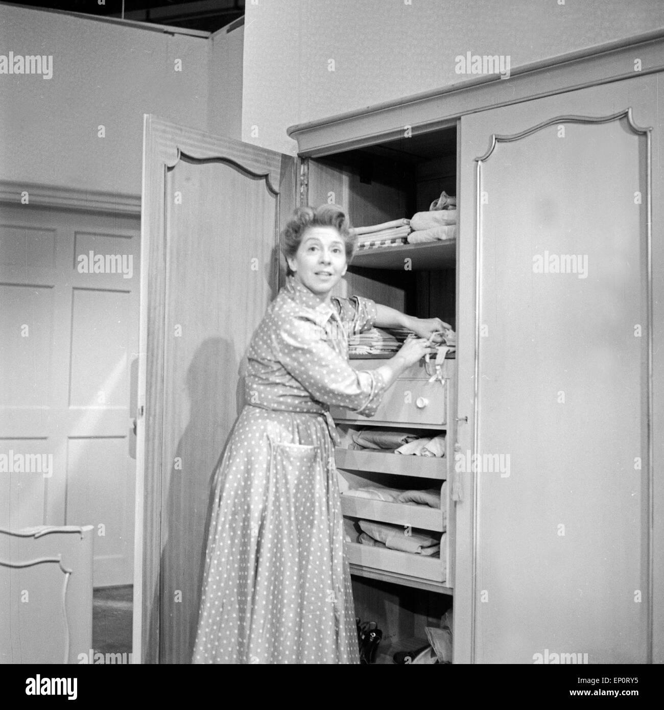 """Inge Meysel beim Theaterstück """"Der erste Frühlingstag"""", Hamburg 1956. Actress Inge Meysel in the play """"Der erste Stock Photo"""