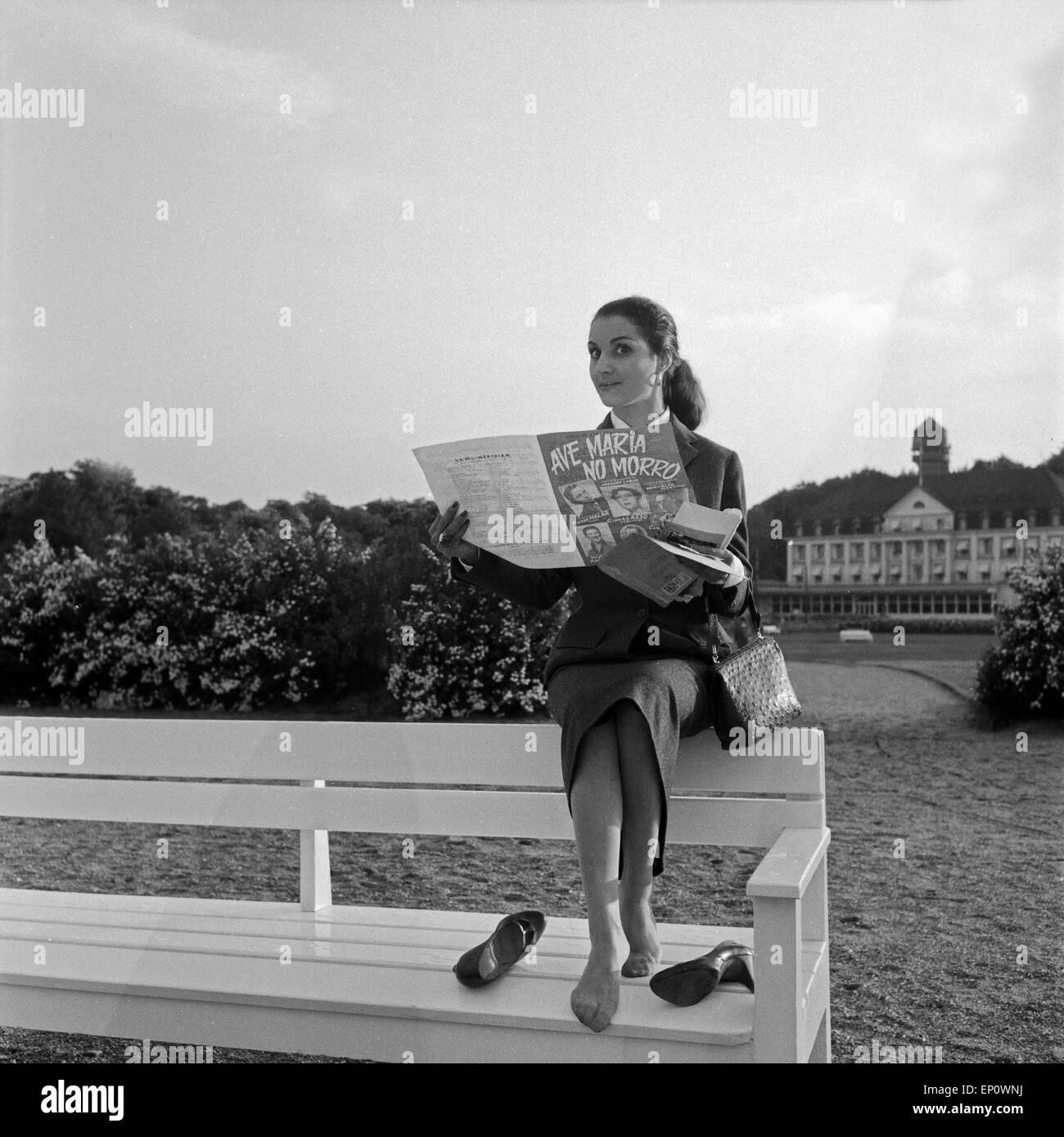 Spanische Sängerin und Schauspielerin Nati Mistral liest das Programmheft zu 'Ave Maria No Morro', - Stock Image