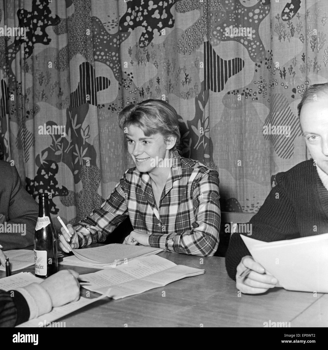 Deutschen Schauspieler Manfred Steffen und Marianne Kehlau bei der NDR Hörspielproduktion 'Der arme Vetter', - Stock Image