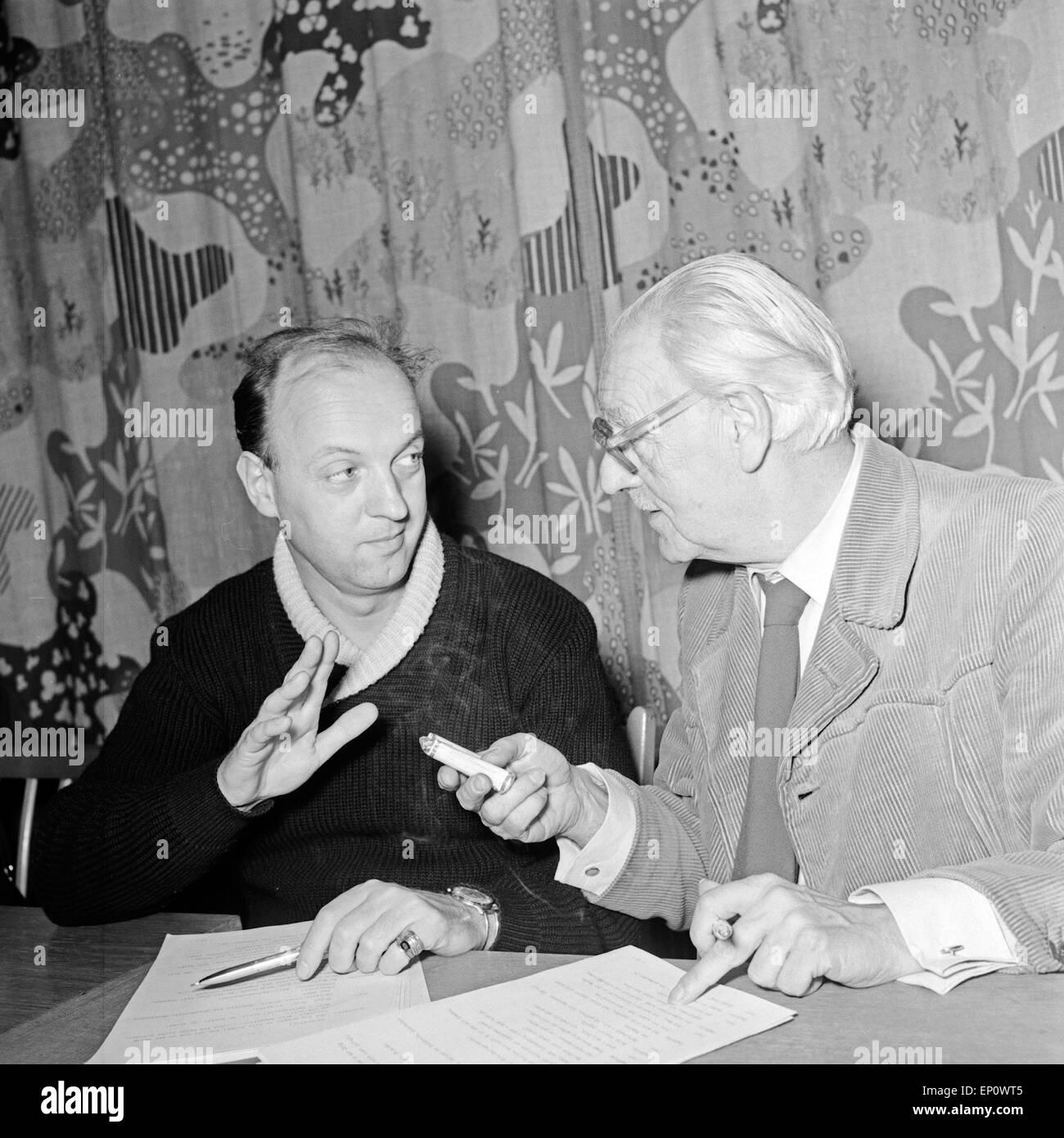 Deutscher Schauspieler Manfred Steffen (links) bei der NDR Hörspielproduktion 'Der arme Vetter', Hamburg - Stock Image