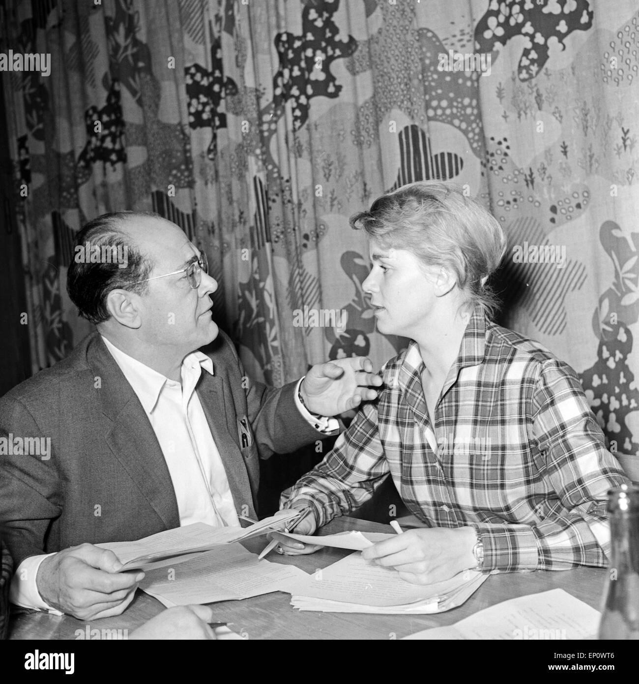 Deutsche Schauspieler Heinz Klevenow (?) und Marianne Kehlau bei der NDR Hörspielproduktion 'Der arme Vetter', - Stock Image