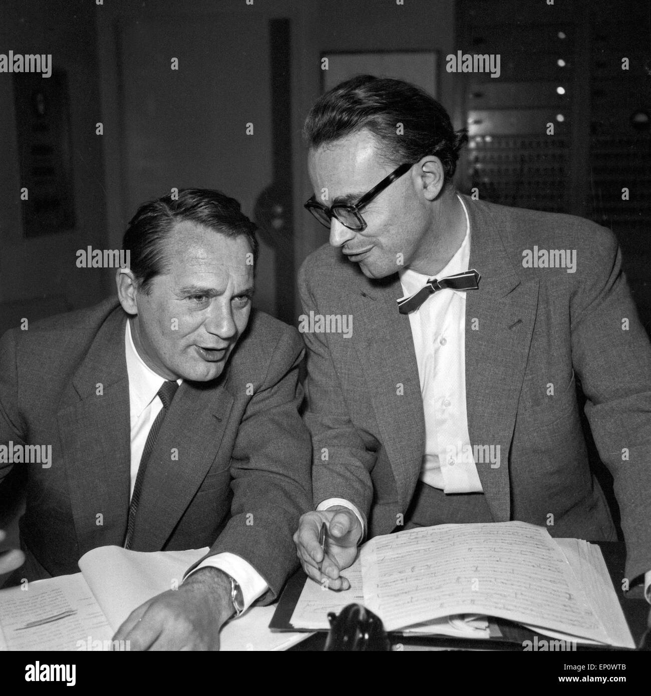 Der Hörspielregisseur Gustav Burmester und Herr Dunger vom NDR in Hamburg 1956. Audio play director Gustav - Stock Image
