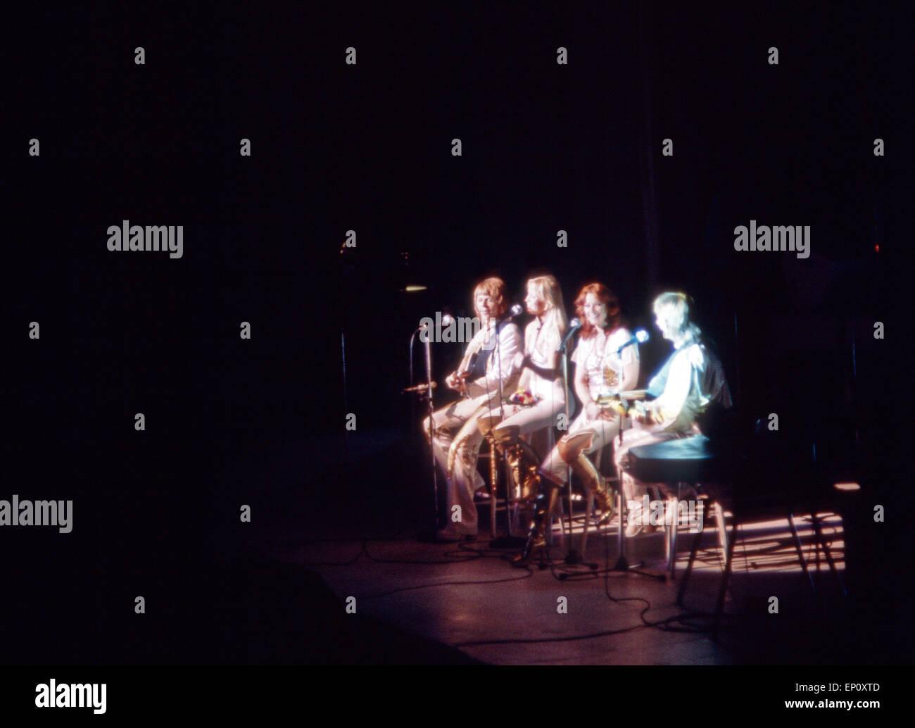 Gemeinsames Abschiedslied bei einem Konzert der schwedischen Popgruppe ABBA am 10. Februar 1977 in Hamburg, Deutschland Stock Photo