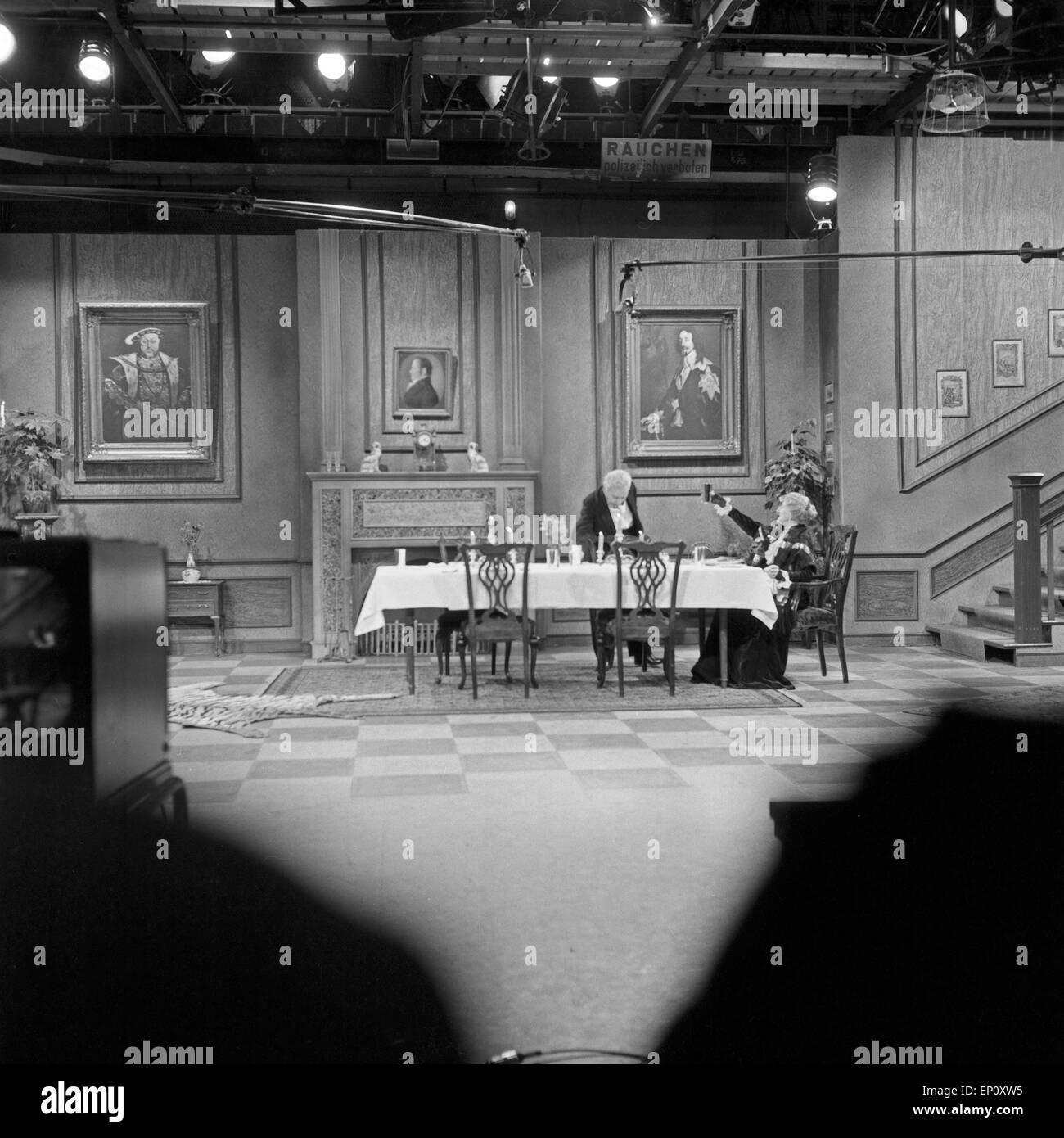 Blick ins Studio mit Freddie Frinton als Butler James und May Warden als Miss Sophie in dem Sketch 'Dinner for - Stock Image