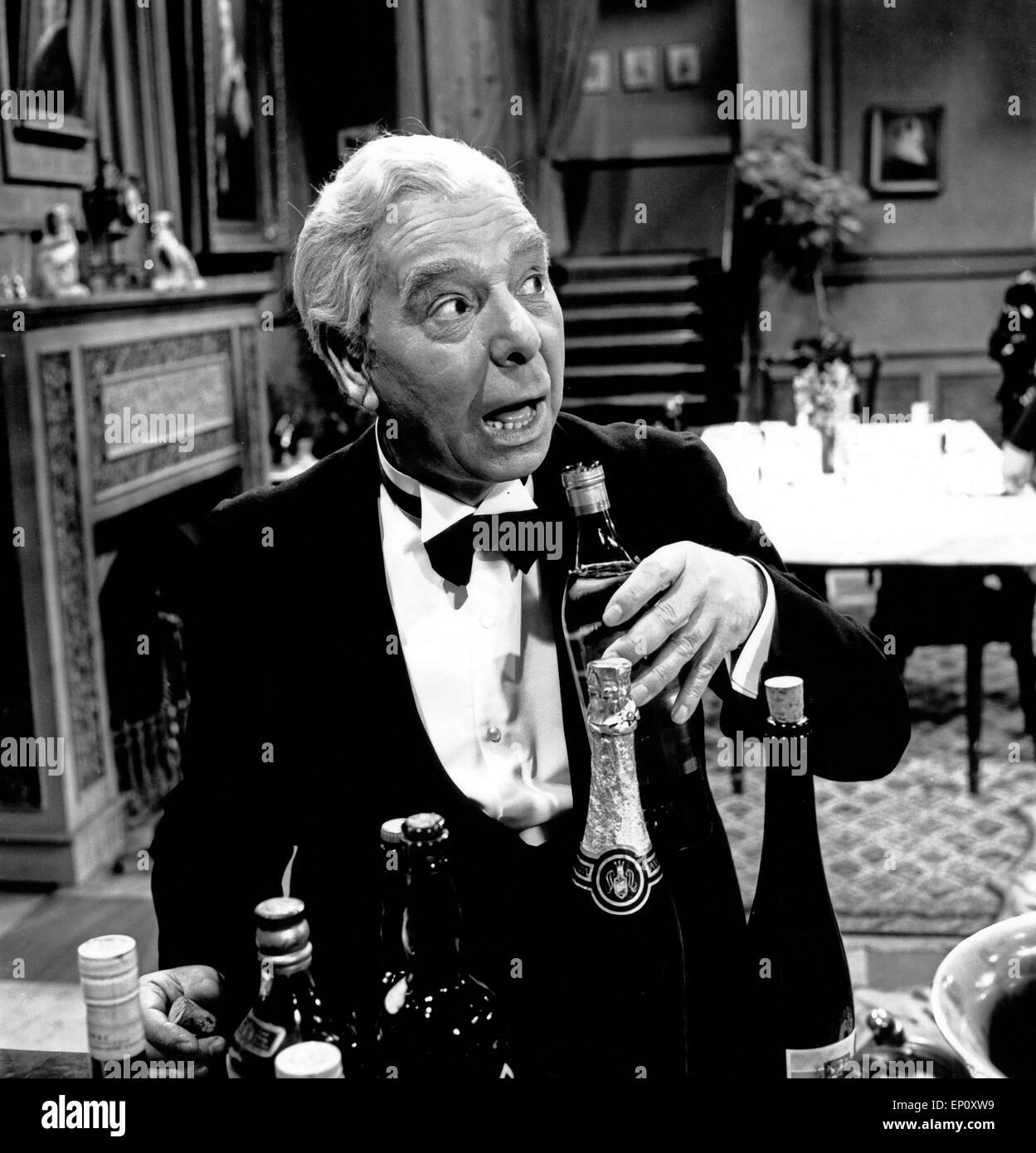 Freddie Frinton als Butler James in dem Sketch 'Dinner for One oder Der 90. Geburtstag' als Fernsehproduktion - Stock Image