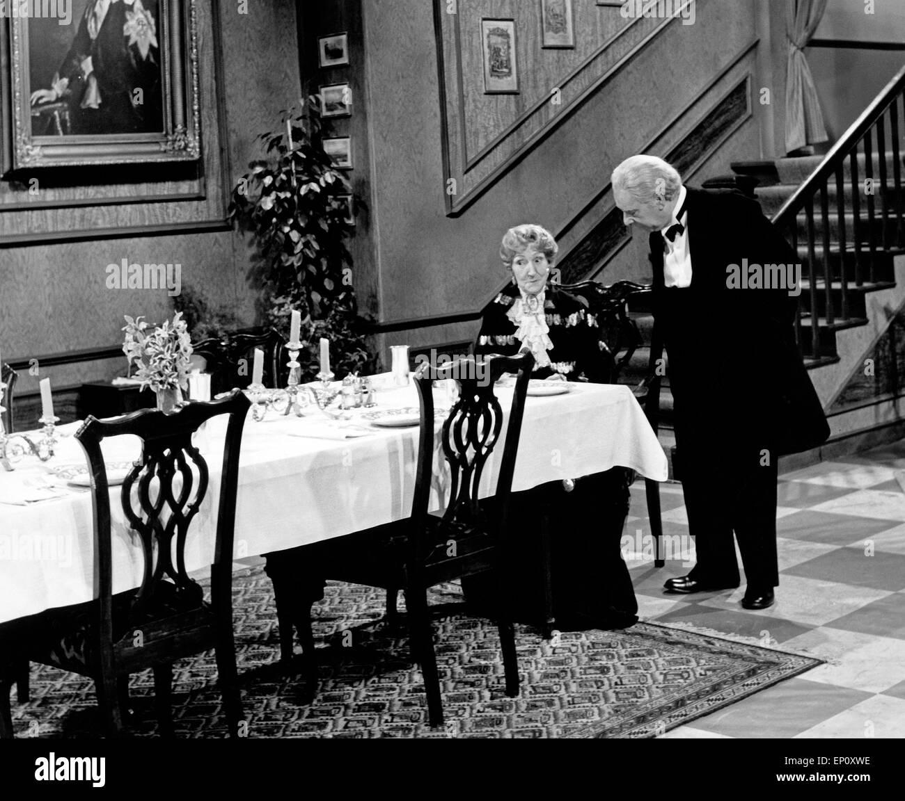 Freddie Frinton als Butler James und May Warden als Miss Sophie in dem Sketch 'Dinner for One oder Der 90. Geburtstag' - Stock Image