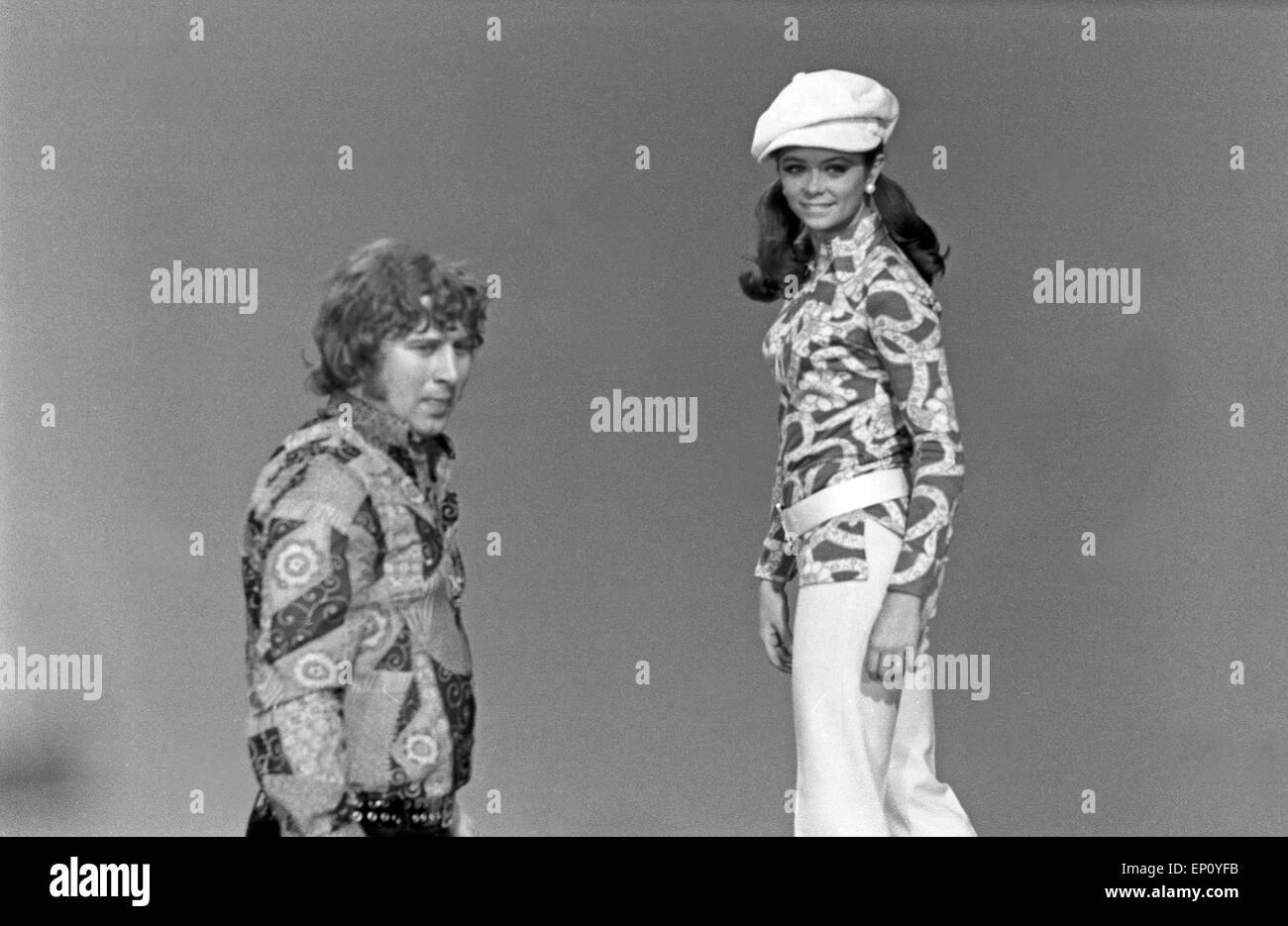 Norwegische Schlagersängerin Wencke Myhre erhält Anweisungen von Regisseur Michael Pfleghar, Anfang 1970er - Stock Image