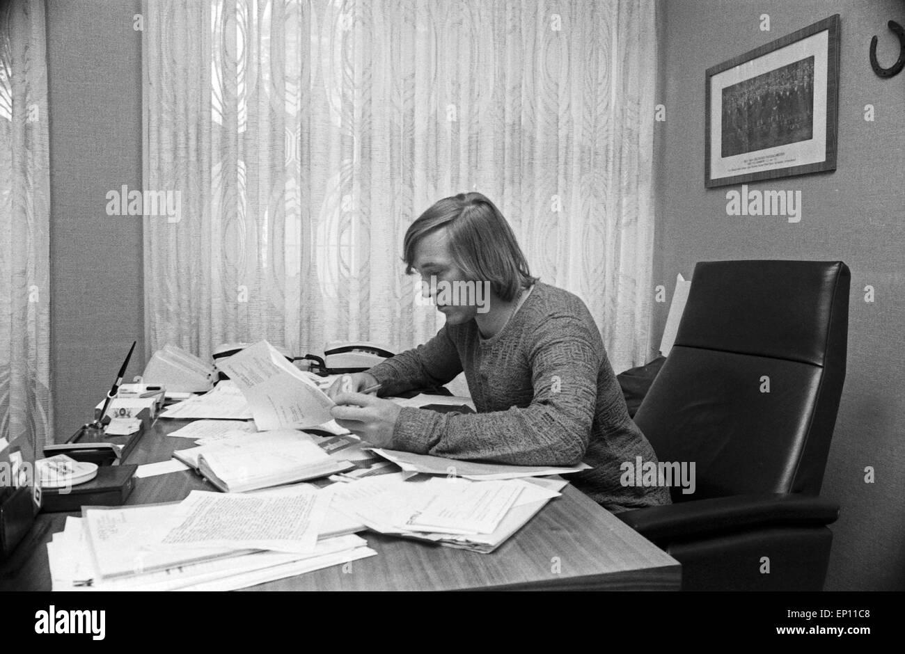 Deutscher Fußballer Günter Netzer als Manager des HSV in seinem Büro in der Geschäftsstelle - Stock Image