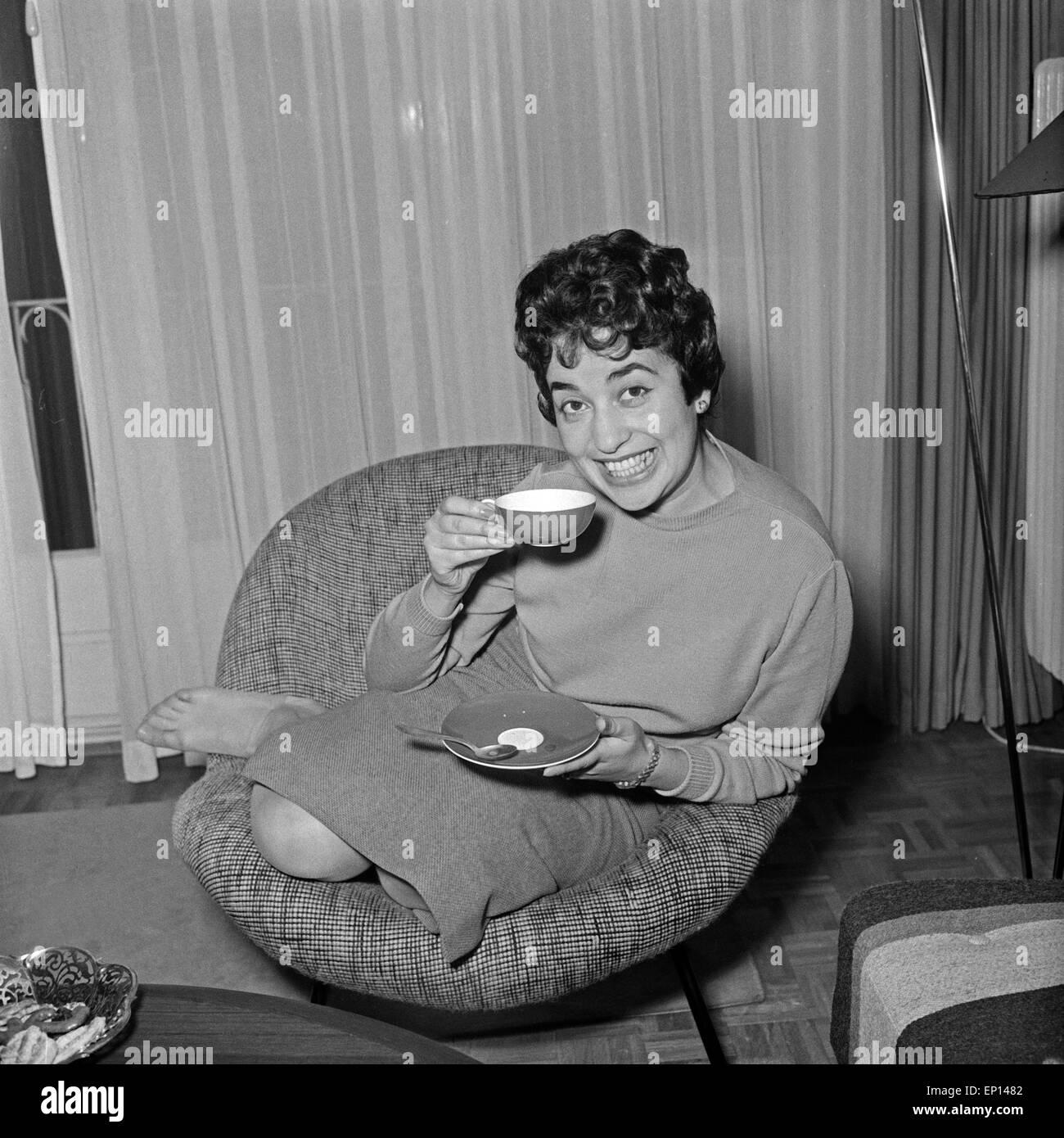 Deutsche sitzt im Wohnzimmer im Sessel und trinkt einen Tee Stock ...