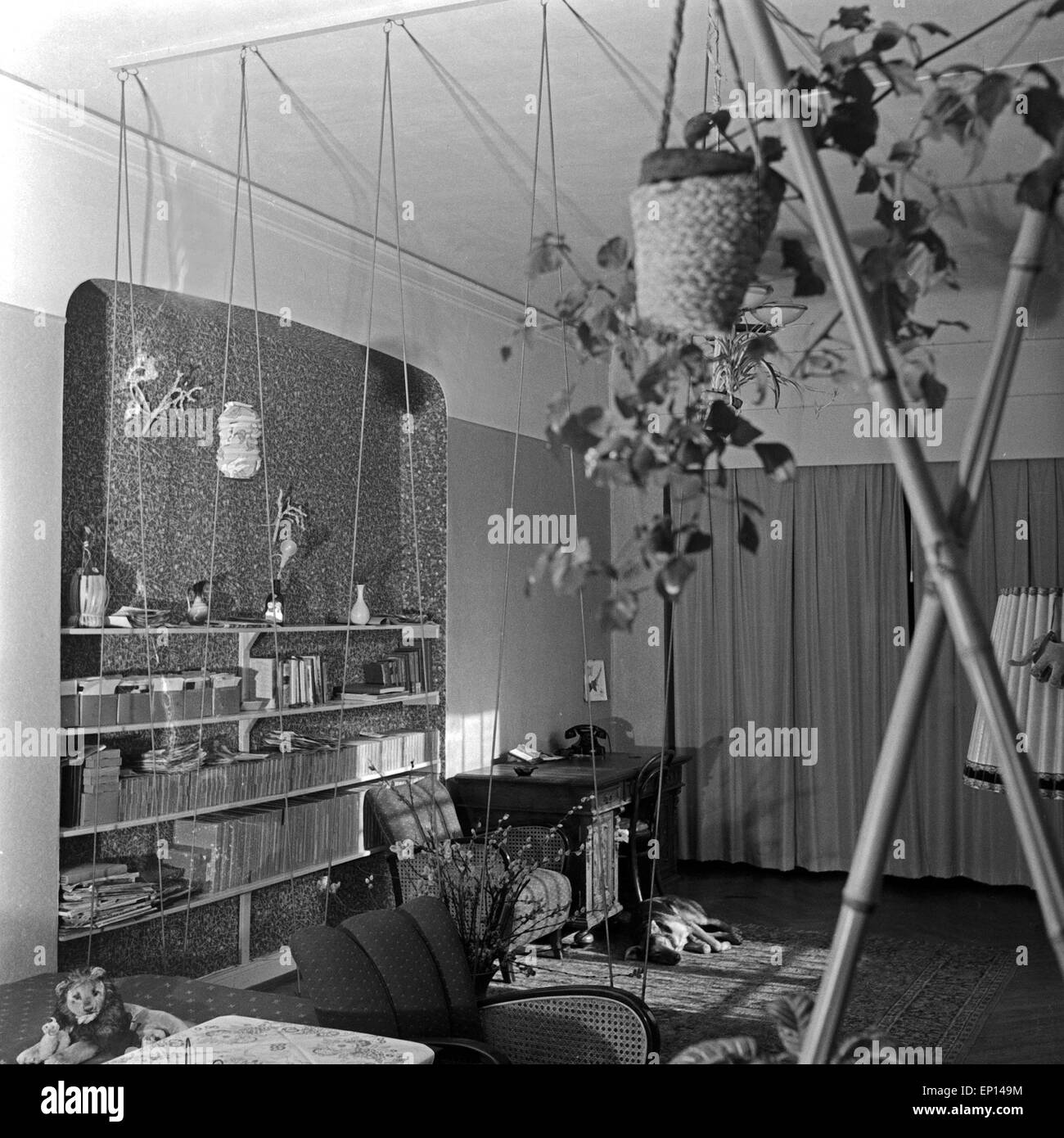 Typische Einrichtung In Einem Wohnzimmer, Deutschland 1950er Jahre.  Contemporary Interior Of A Living Room