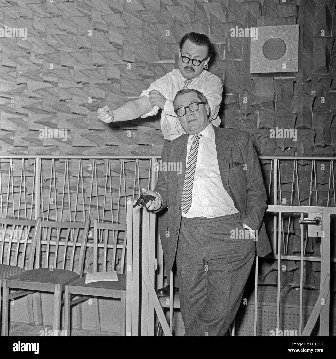 Zwei Sprecher einer NDR Hörspielproduktion albern bei einer Pause miteinander herum, Deutschland 1950er Jahre. - Stock Image