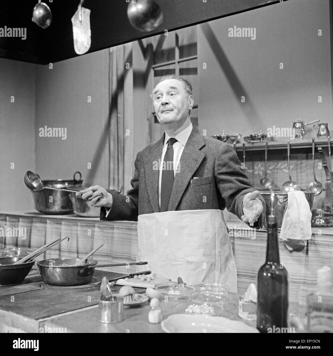 Ein Schauspieler steht im Studio als Fernsehkoch, Deutschland 1950er Jahre. An actor posing as a television chef, - Stock Image