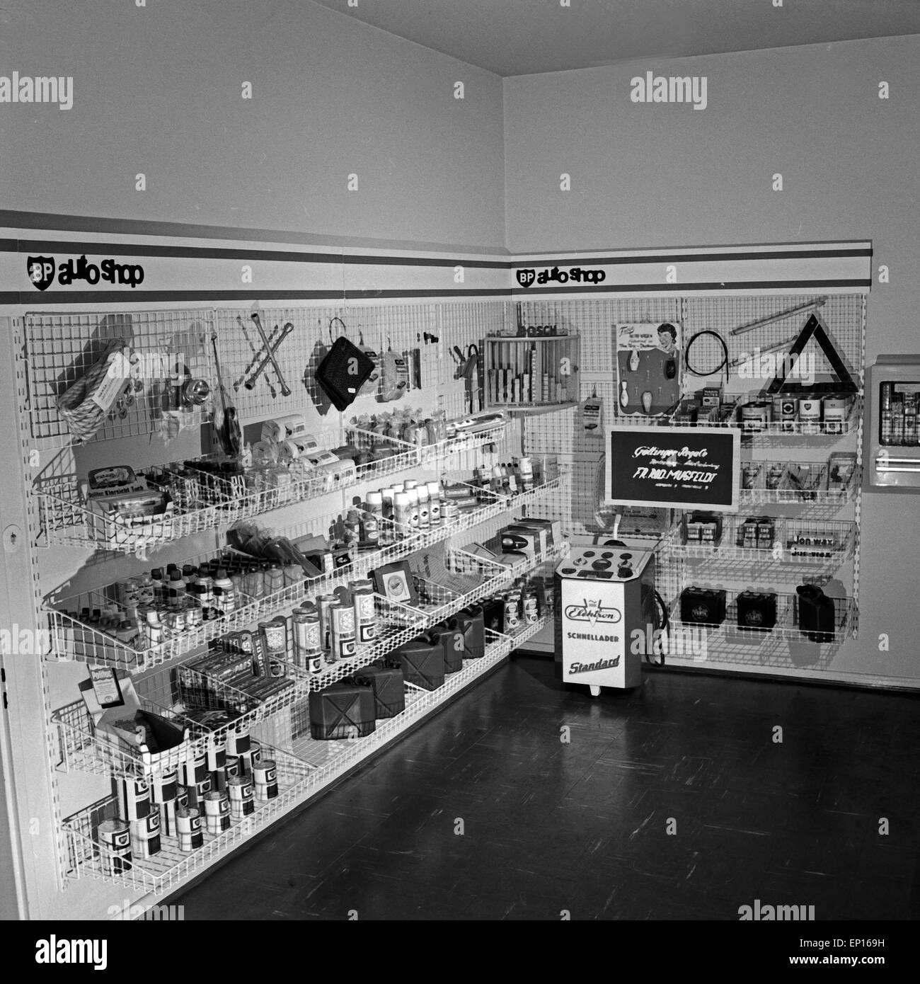 Volle Regale in einer BP Tankstelle in Hamburg, Deutschland 1960er Jahre. Filled shelving at a BP petrol station Stock Photo