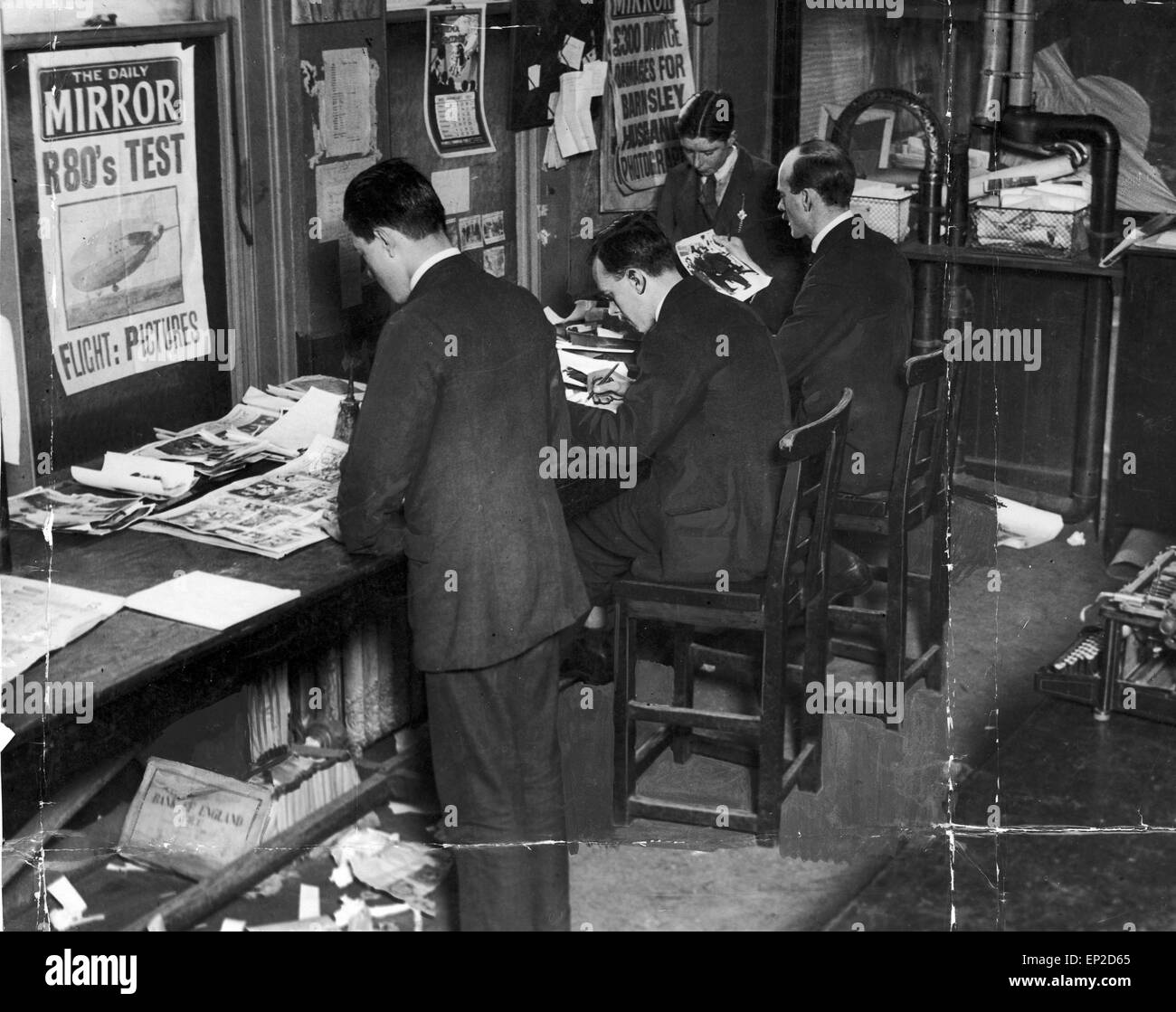 Art staff at work, Daily Mirror Graphics Department, Bouvene Street, London, June 1922. - Stock Image