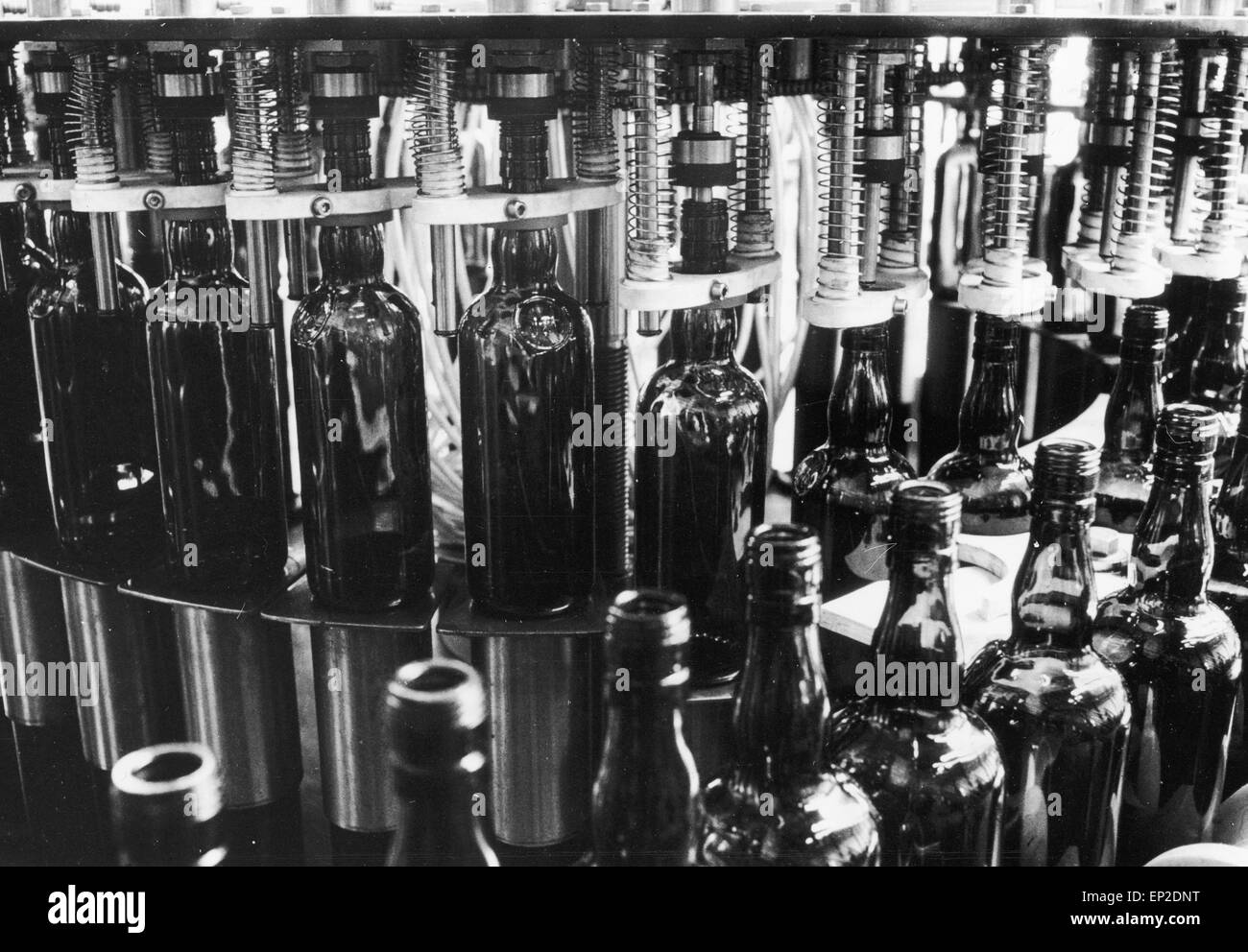 The Real Scotch Whisky - An automatic filling machine at the bottling plant. There are six of these machines, each - Stock Image