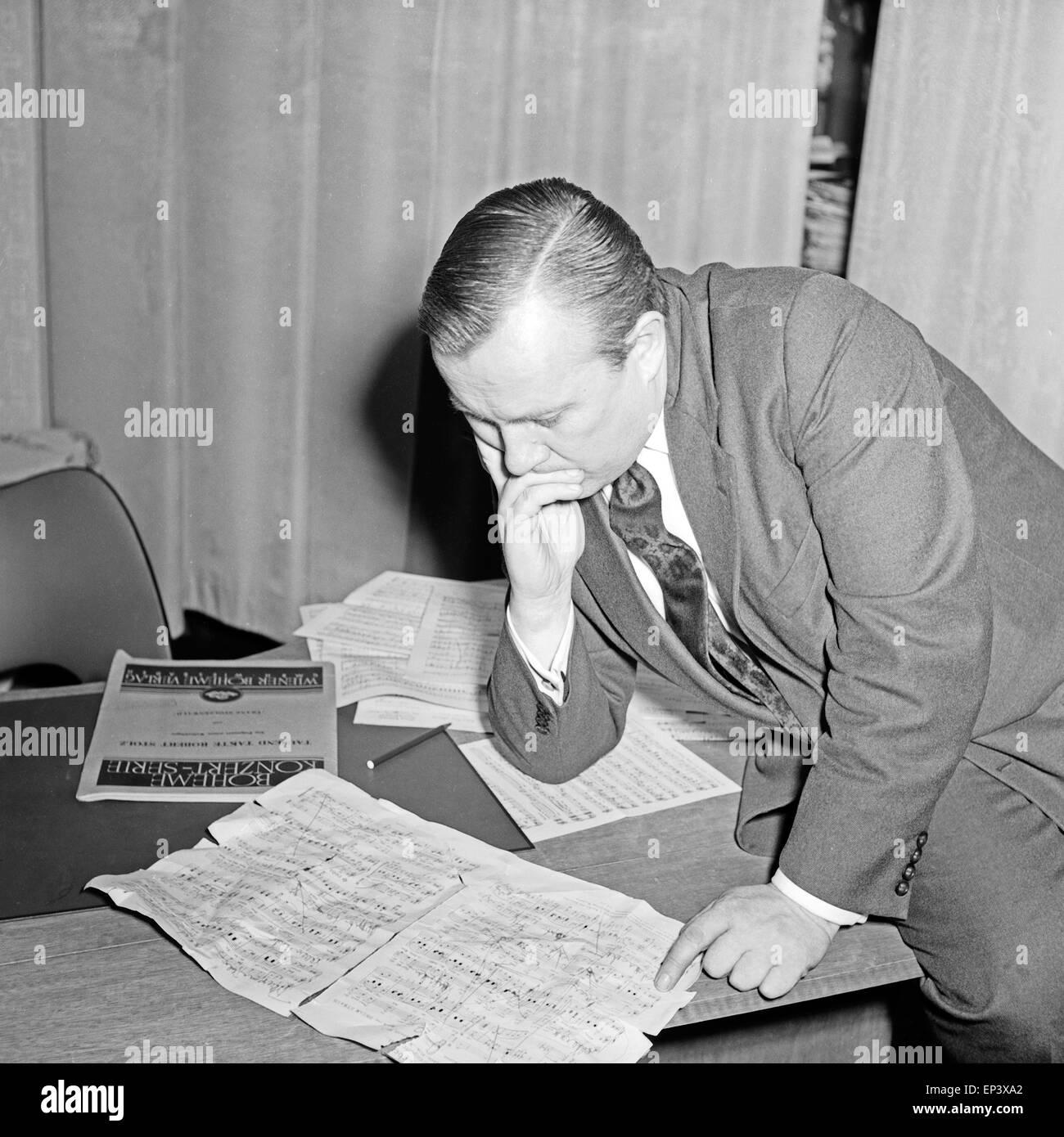 Ein Komponist des NDR versucht das beste Arrangement für ein Musikstück zu erstellen in Hamburg, Deutschland 1950er Jahre. A com Stock Photo