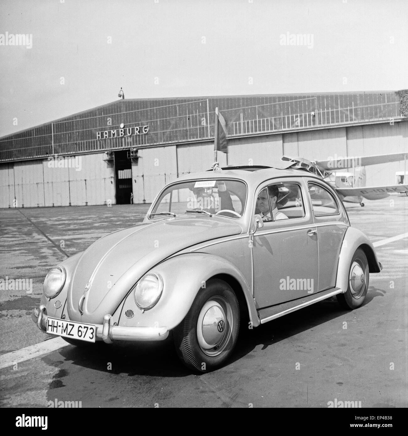 Ein VW Käfer als Sonderfahrzeug auf dem Flugfeld am Flughafen Hamburg, Deutschland 1950er Jahre. A Volkswagen - Stock Image