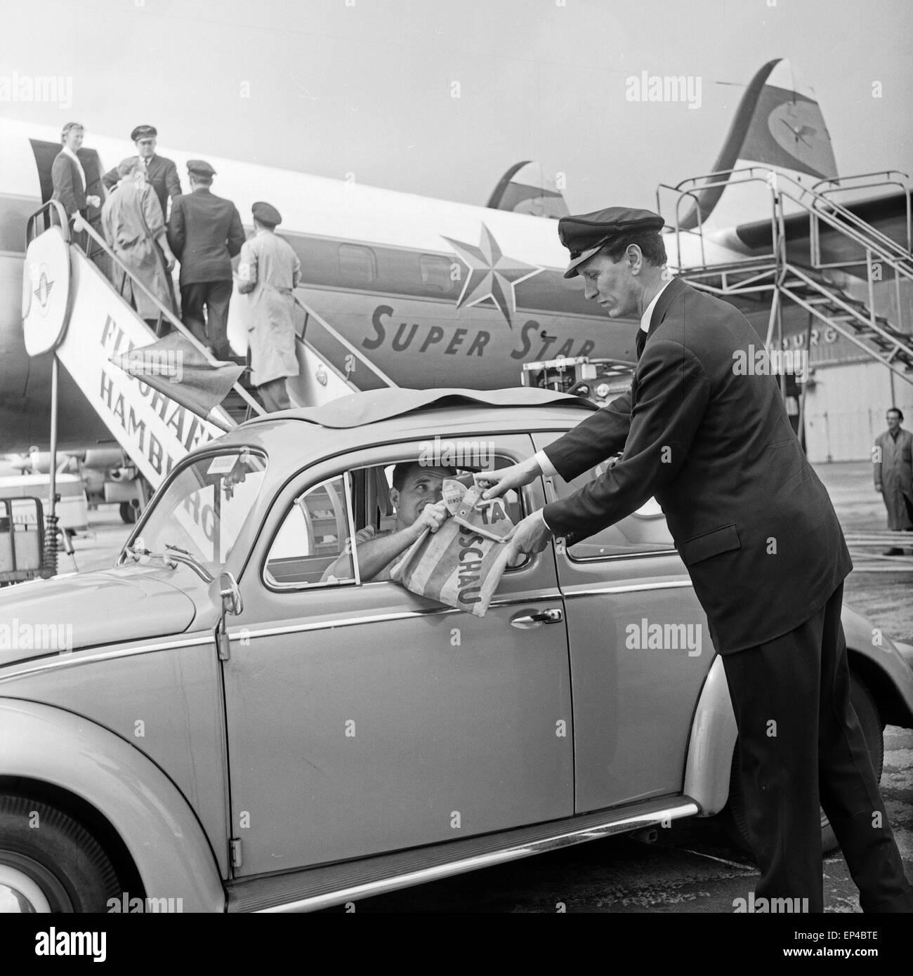 Ein VW Käfer als Botenwagen für die Tagesschau am Flughafen Hamburg, Deutschland 1950er Jahre. A Volkswagen - Stock Image