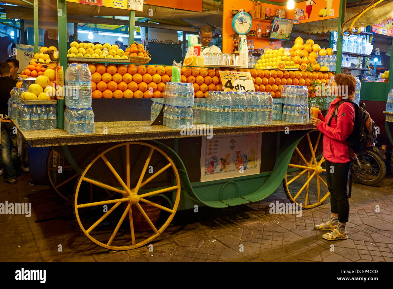 Orange Juice seller at the nightly bazaar and food stalls at the Jamaa el Fna, Marrakesh Medina. Morocco - Stock Image