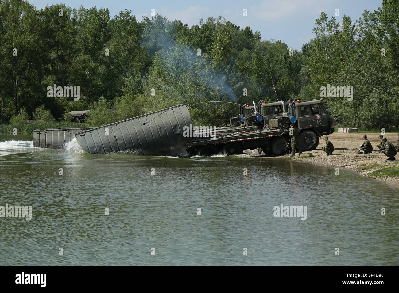 (150513) -- SERED, May 13, 2015 (Xinhua) -- Soldiers operate heavy machinery to unload a floating bridge during - Stock Image