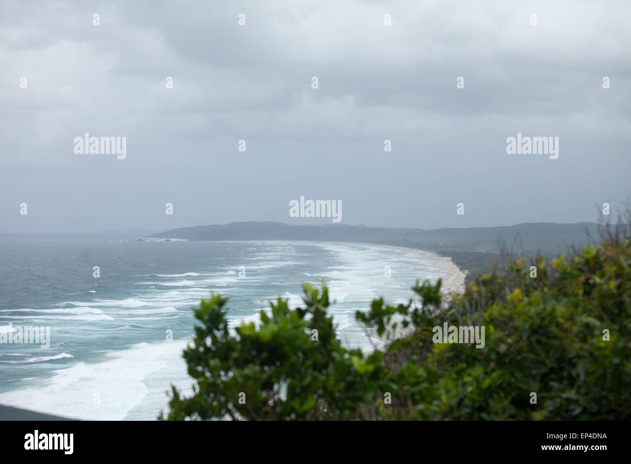 A wideshot of a beach in Byron Bay, Australia. - Stock Image