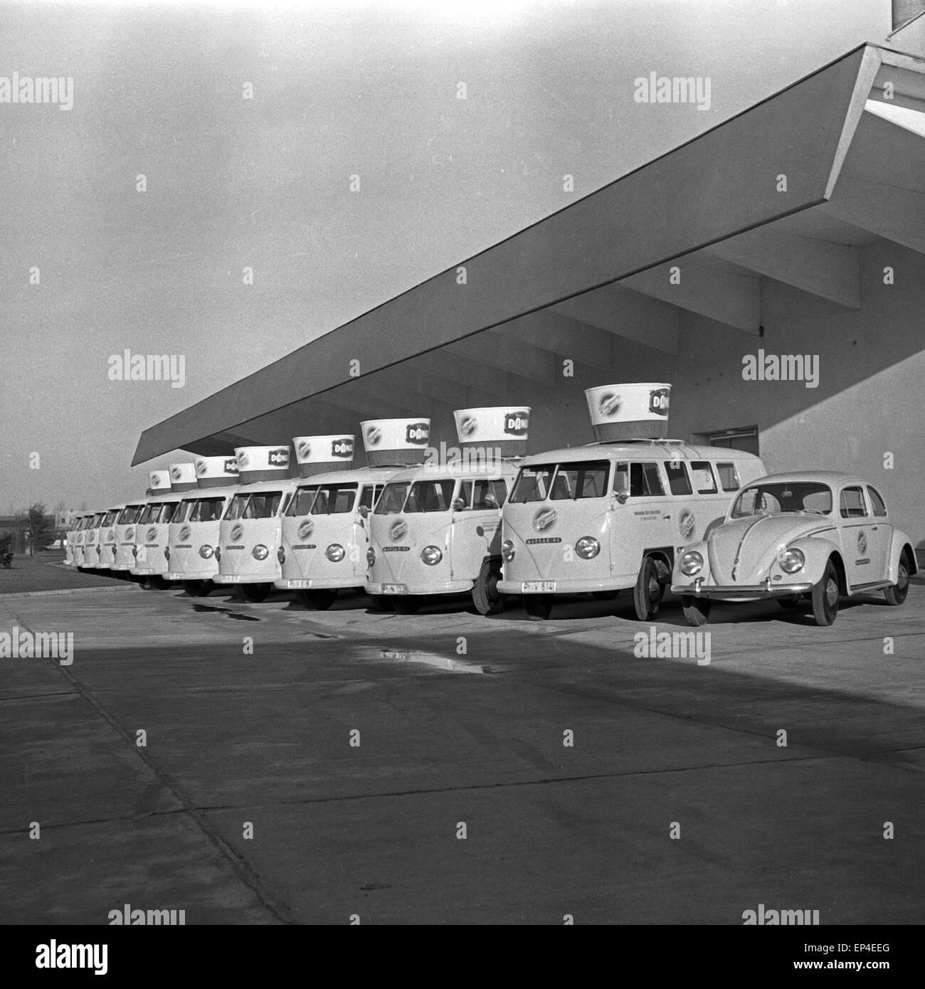 Der aus VW bestehende Fuhrpark der Holsteinischen Margarinewerke Wagner & Co. in Elmshorn, Deutschland 1950er - Stock Image