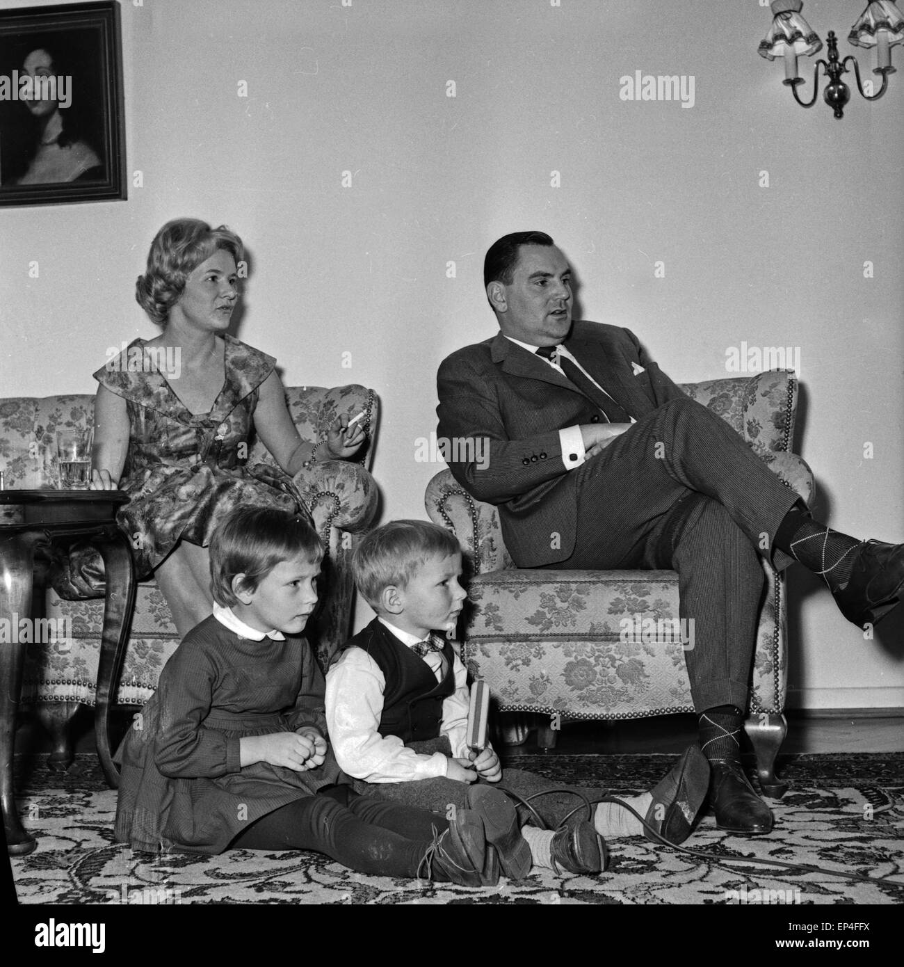 Family watching tv black and white stock photos images for Wohnzimmer 1960