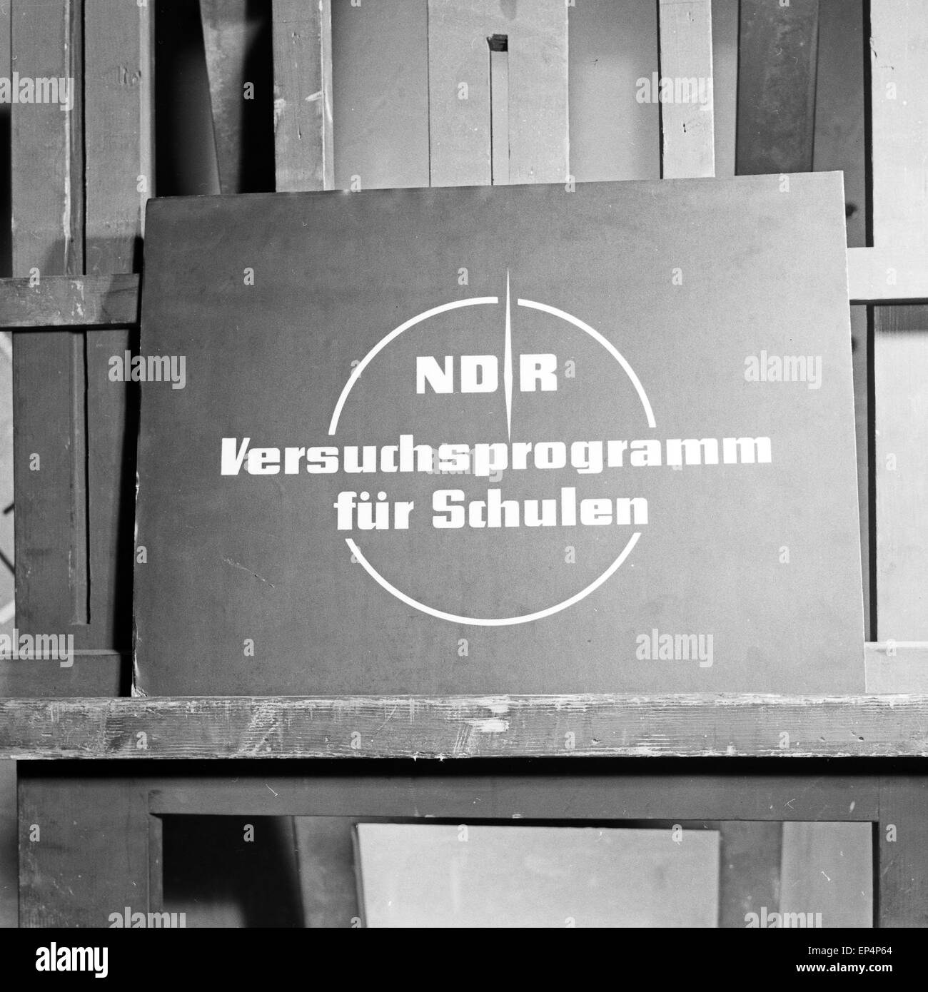 Schild des NDR für sein Versuchsprogramm für Schulen, Deutschland 1960er Jahre. Sign of TV and radio station Norddeutscher Rundf Stock Photo