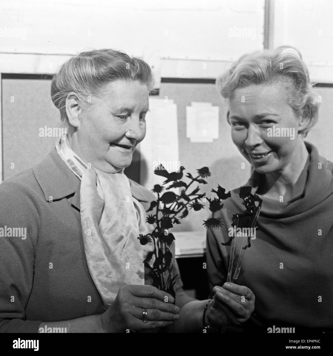 Deutsche Schauspielerin Annemarie Cordes (rechts) mit Annelore Kunze, der Sprecherin eines SchattenspieltheatersStock Photo