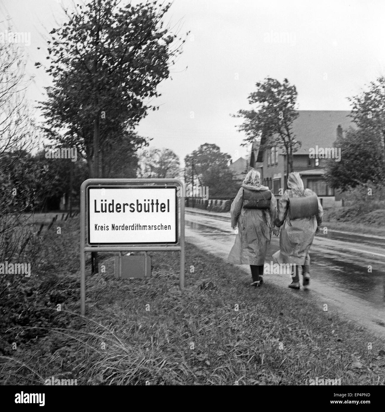 Zwei Kinder in Lüdersbüttel im Kreis Norderdithmarschen in Schleswig Holstein auf dem Weg zur Schule, Deutschland 1960er Jahre. Stock Photo