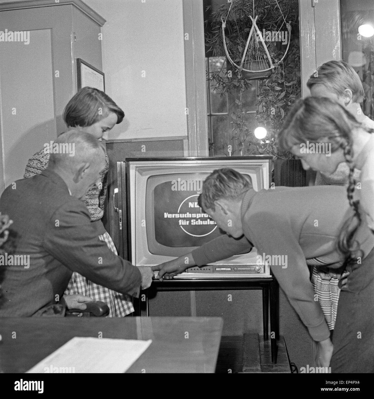 Der neue Fernseher wird in Betrieb genommen im Schulgebäude in Lüdersbüttel im Kreis Norderdithmarschen in Schleswig Holstein, D Stock Photo